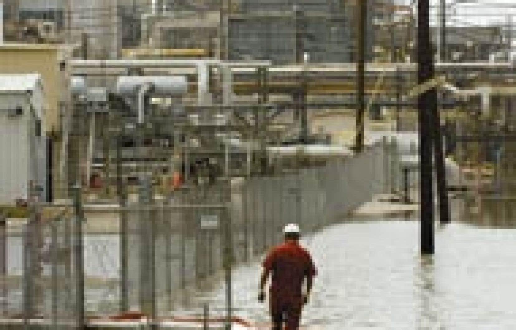 Des mesures ont dû être prises pour endiguer un déversement de pétrole, hier, à la raffinerie Valero, à Port Arthur, au Texas, la seule raffinerie où des dégâts sérieux ont été constatés à la suite du passage de l'ouragan Rita.