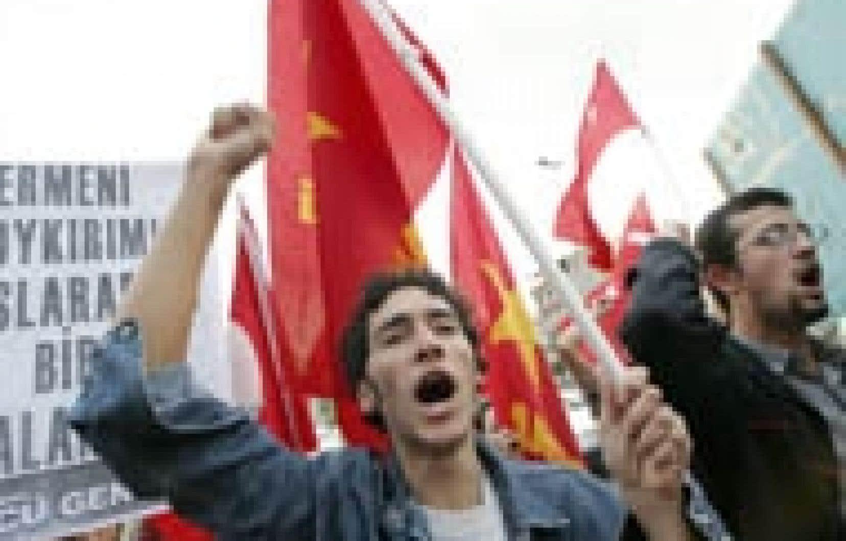 Des manifestants ont accusé les participants à la conférence sur le génocide arménien de trahir leur pays.
