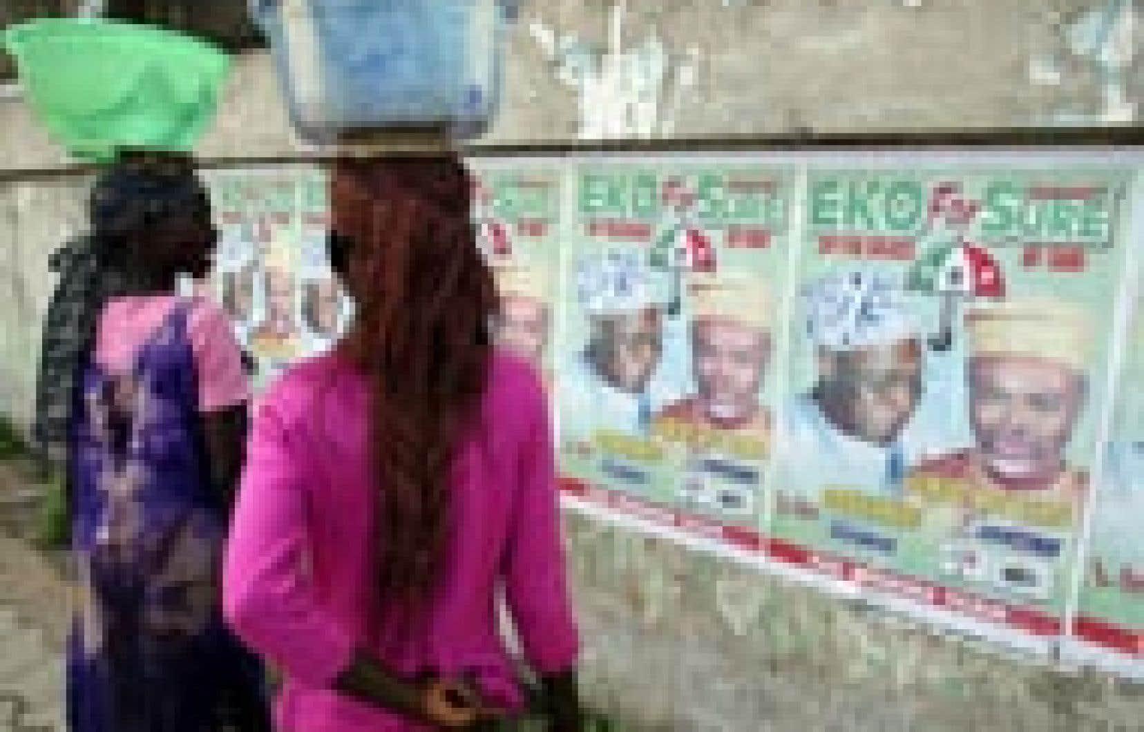 Deux femmes dans les rues de Lagos. Le Nigeria, un des deux principaux producteurs africains de pétrole, a, selon les calculs de l'Organisation des Nations unies, un indice de développement humain (0,453) inférieur à la moyenne de ceux des pays à