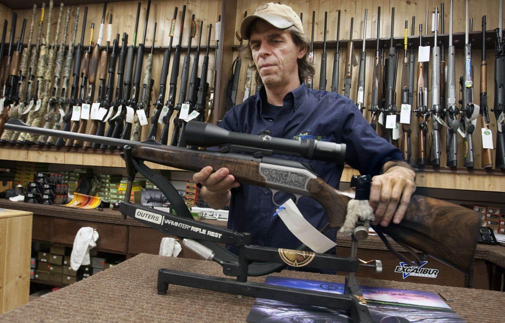 Le projet de loi C-42 rend obligatoire le cours canadien de sécurité dans le maniement des armes à feu pour toute personne désireuse d'acquérir une arme pour la première fois.