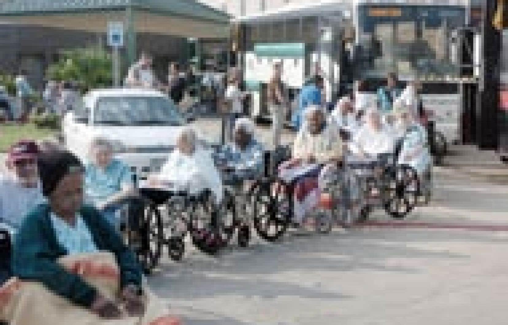 Des personnes âgées se déplaçant en chaise roulante ont dû évacuer hier leur résidence à Galveston, au Texas.
