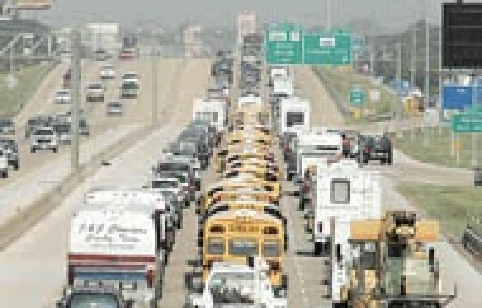 Galveston, au Texas, est évacué à l'approche de Rita. La région concentre 25 % des capacités de raffinage américaines, soit 4,5 millions de barils par jour.