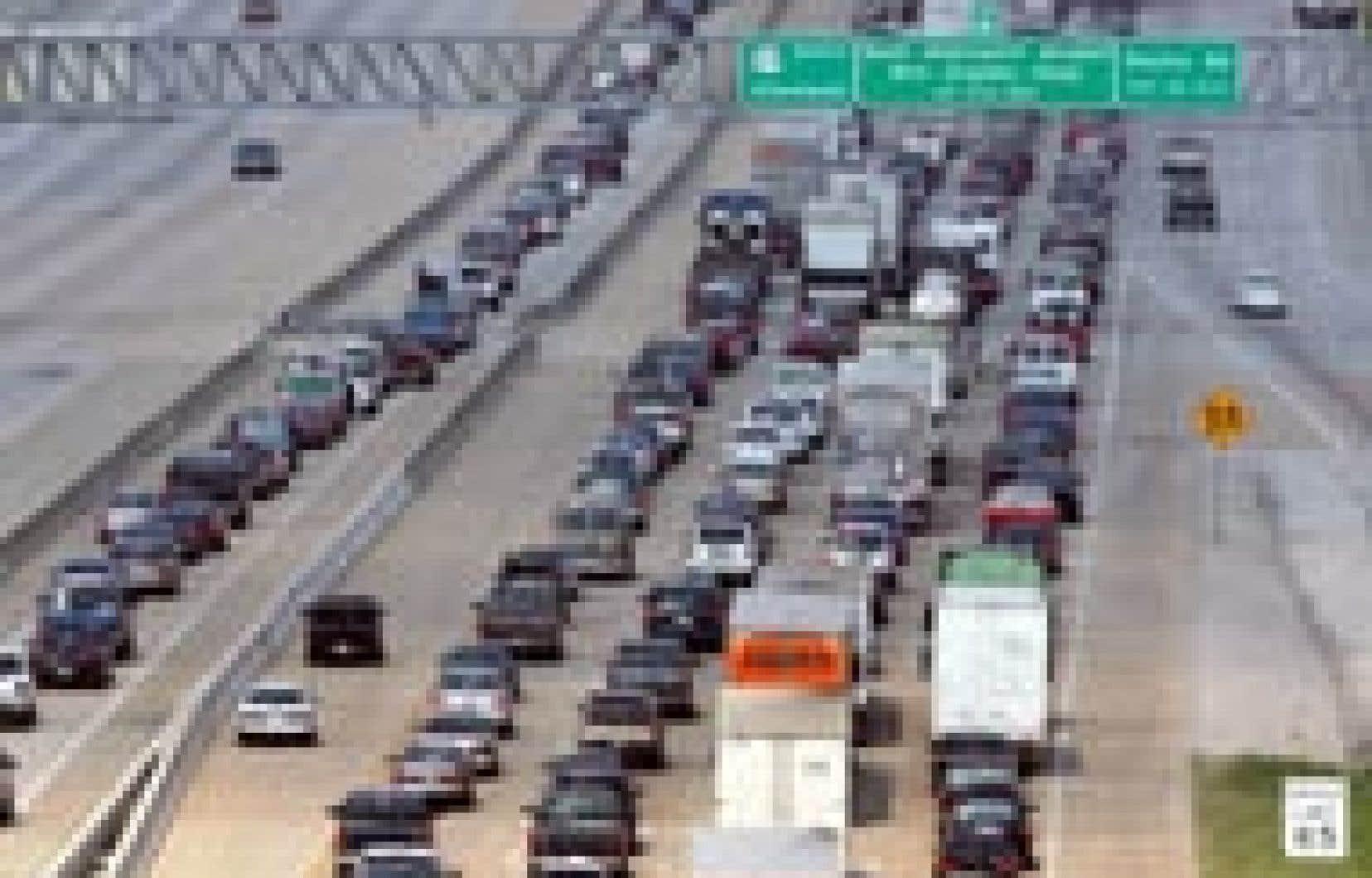 Des milliers d'automobilistes se sont jetés sur les autoroutes, fuyant avant que Rita ne les rejoigne.