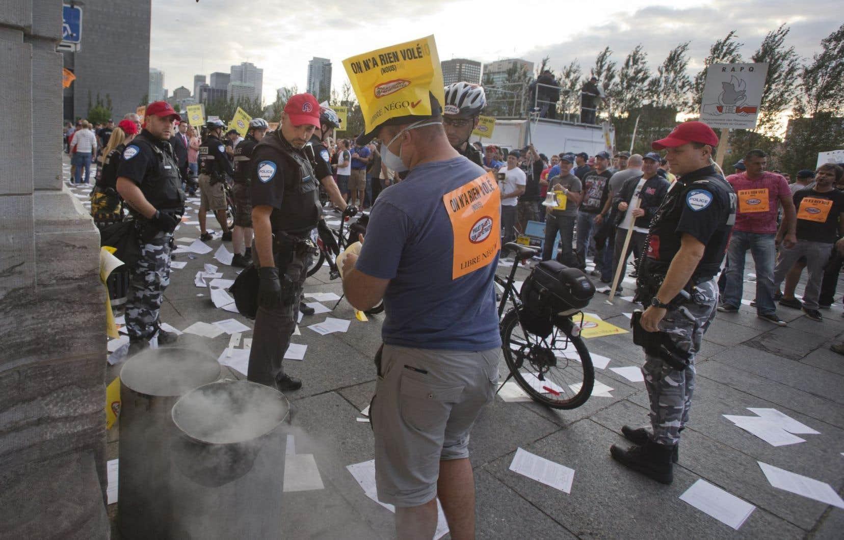 Des centaines de syndiqués opposés à la réforme des régimes de retraite avaient envahi la salle du conseil municipal de Montréal le 18 août, semant le désordre à l'hôtel de ville.
