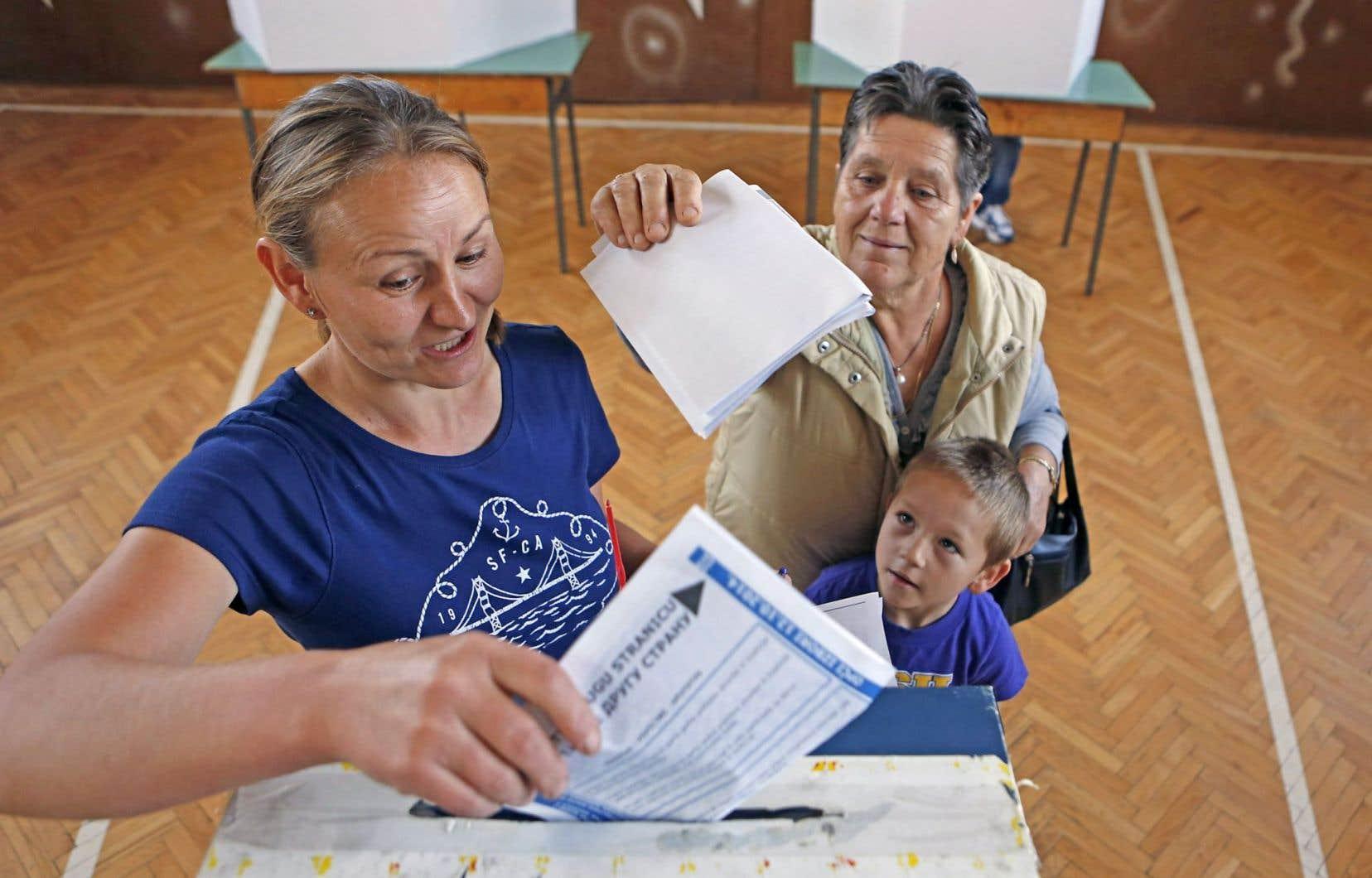 Des Bosniens votent près de la ville de Tuzla.
