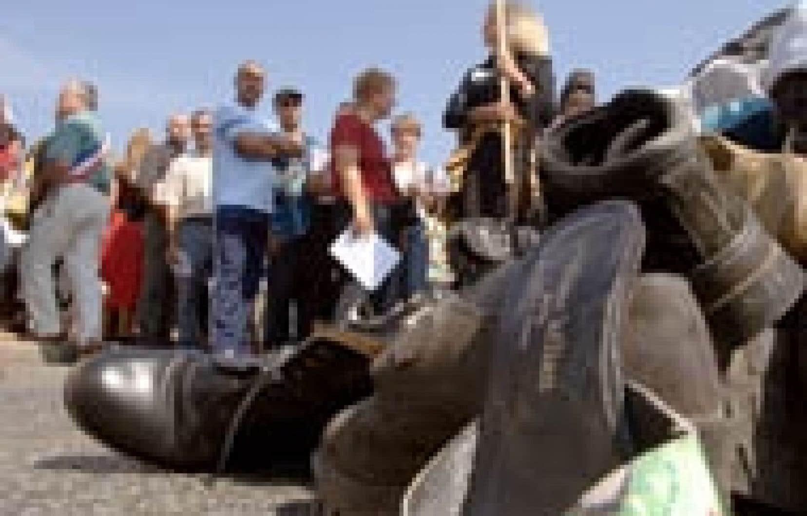 Inquiets quant au maintien de leurs emplois, des salariés du fabricant de chaussures français Stéphane Kélian-Charles Jourdan ont manifesté récemment près des installations du groupe à Romans-sur-Isère.