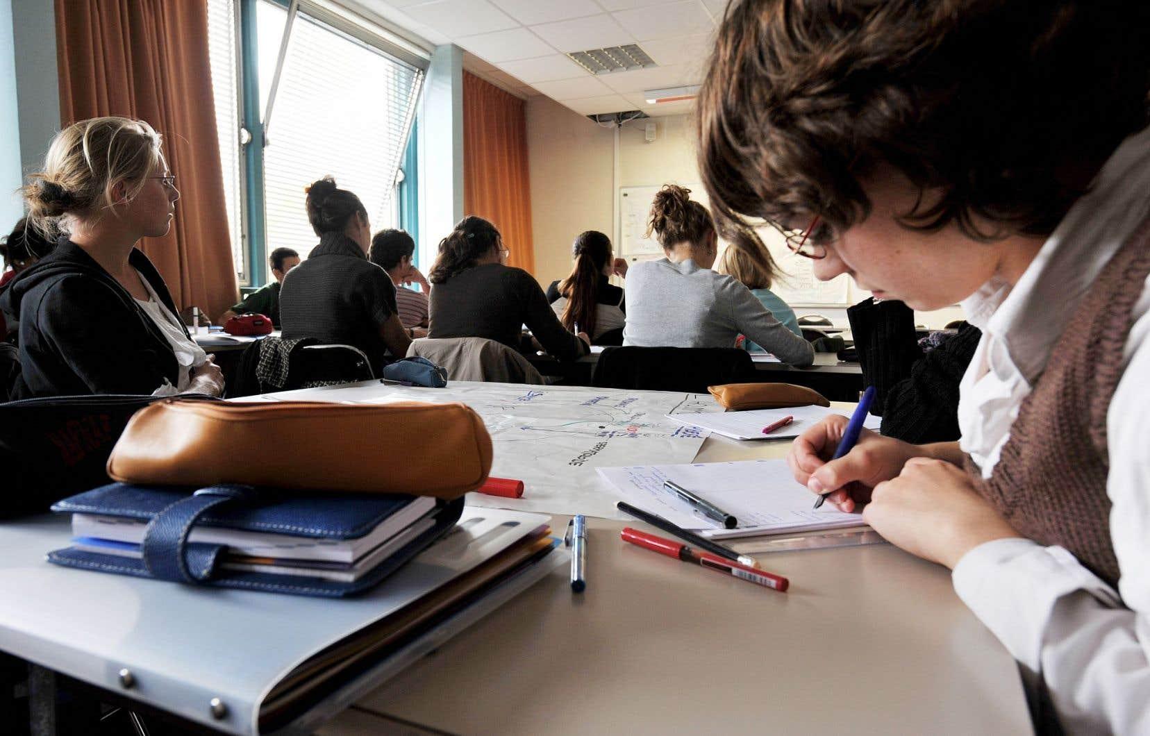 Près de 25000 adultes suivent chaque année des cours de formation continue dans les cégeps de la province. Environ 56% d'entre eux sont inscrits à un programme conduisant à une attestation d'études collégiales (AEC), 25% à un diplôme d'études collégiales (DEC).