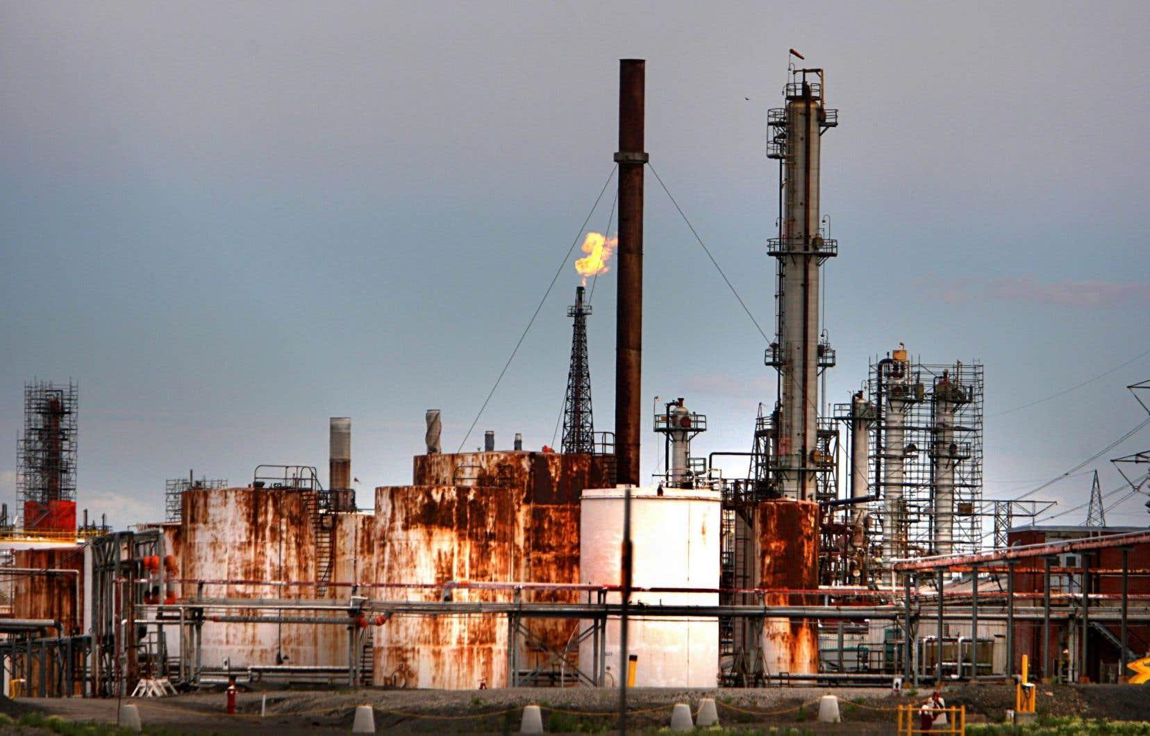 La fermeture de la raffinerie de Shell, à Montréal-Est, a fait que en sorte que le Québec s'est retrouvé avec deux seules installations.