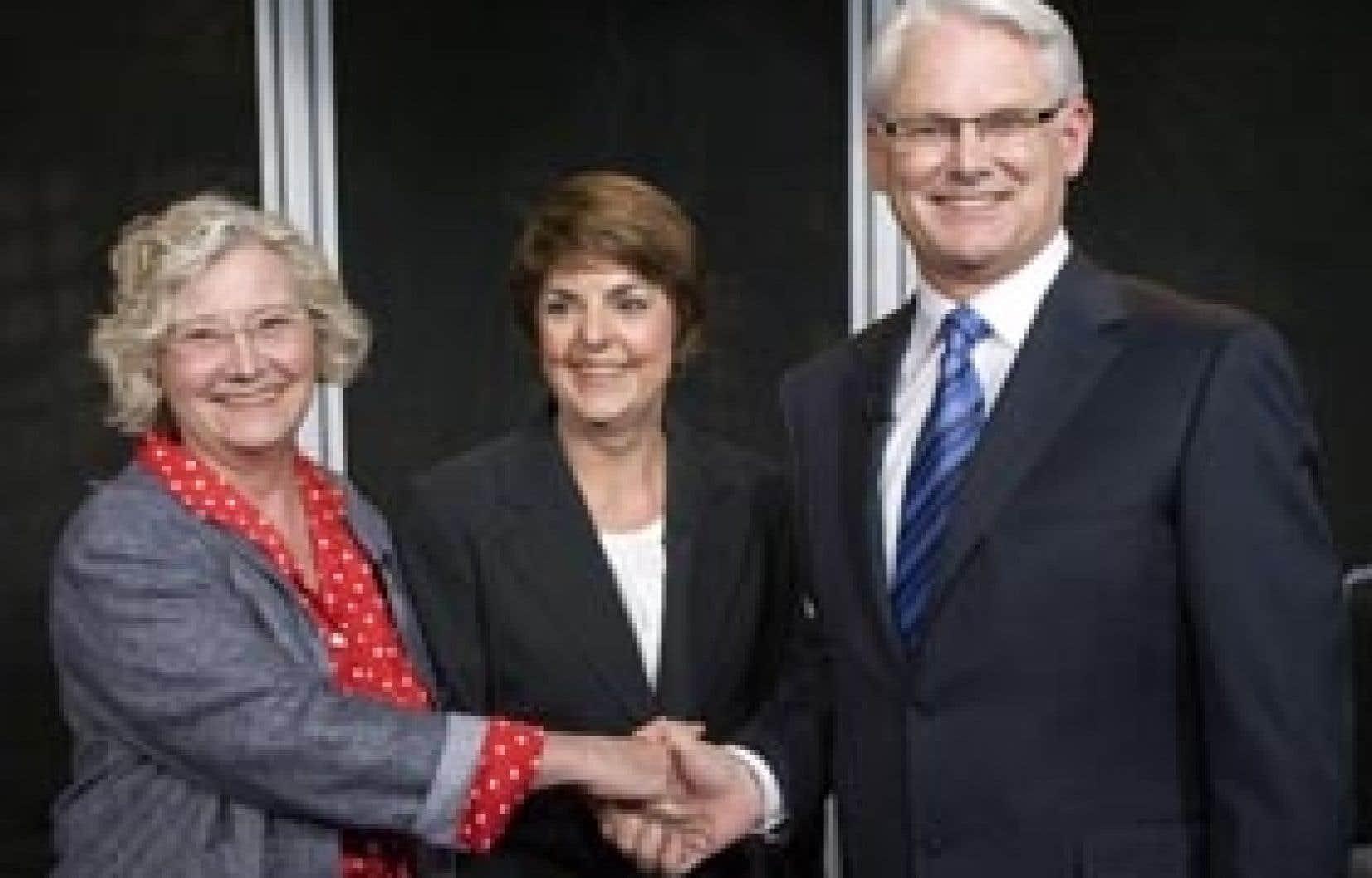 Le premier ministre de la Colombie-Britannique, Gordon Campbell (à droite), en compagnie de la leader du NPD provincial, Carole James (au centre), et de Jane Strek, du Parti vert.