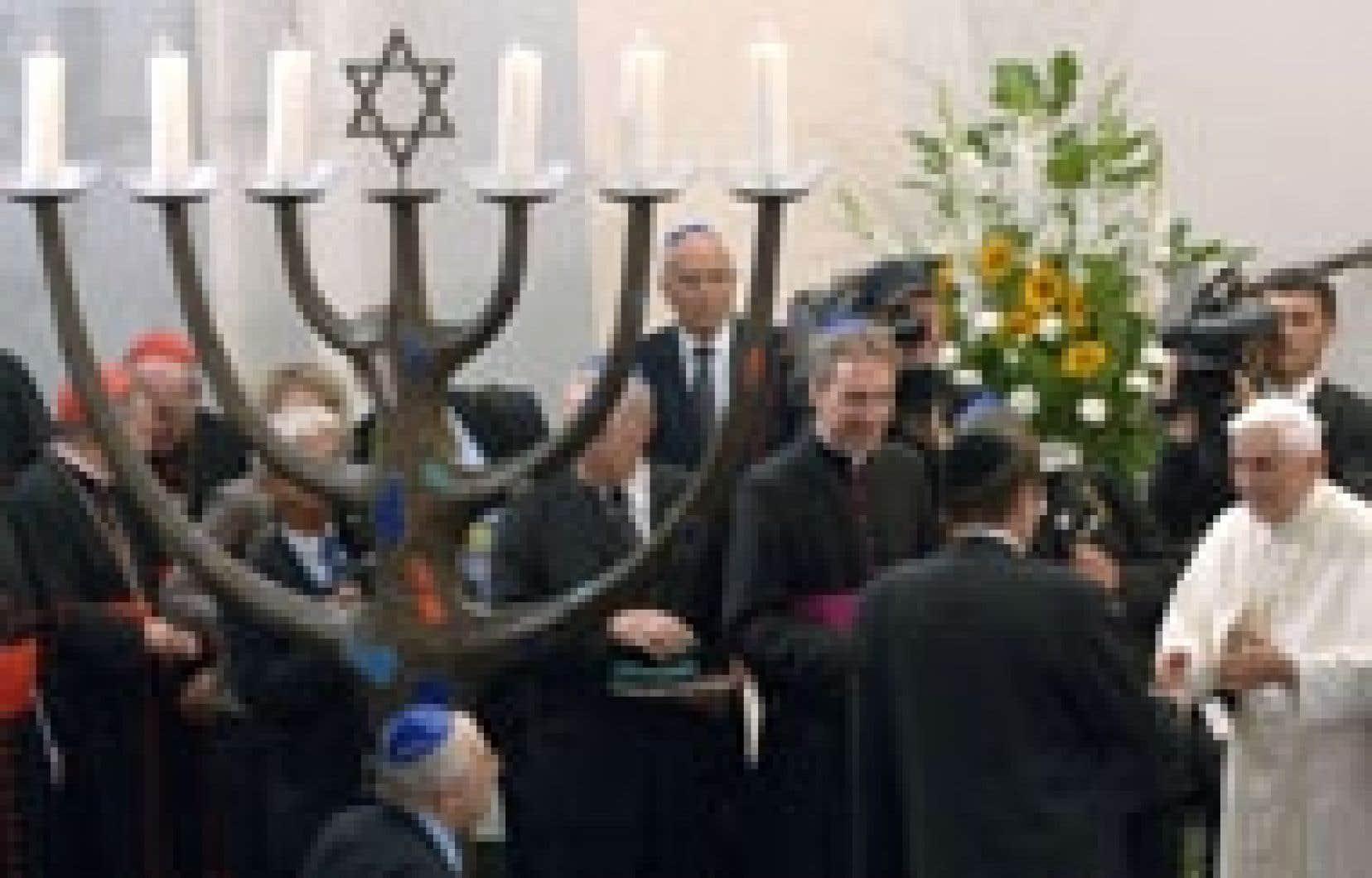 Benoît XVI est devenu hier le deuxième pape de l'histoire à se rendre dans une synagogue.