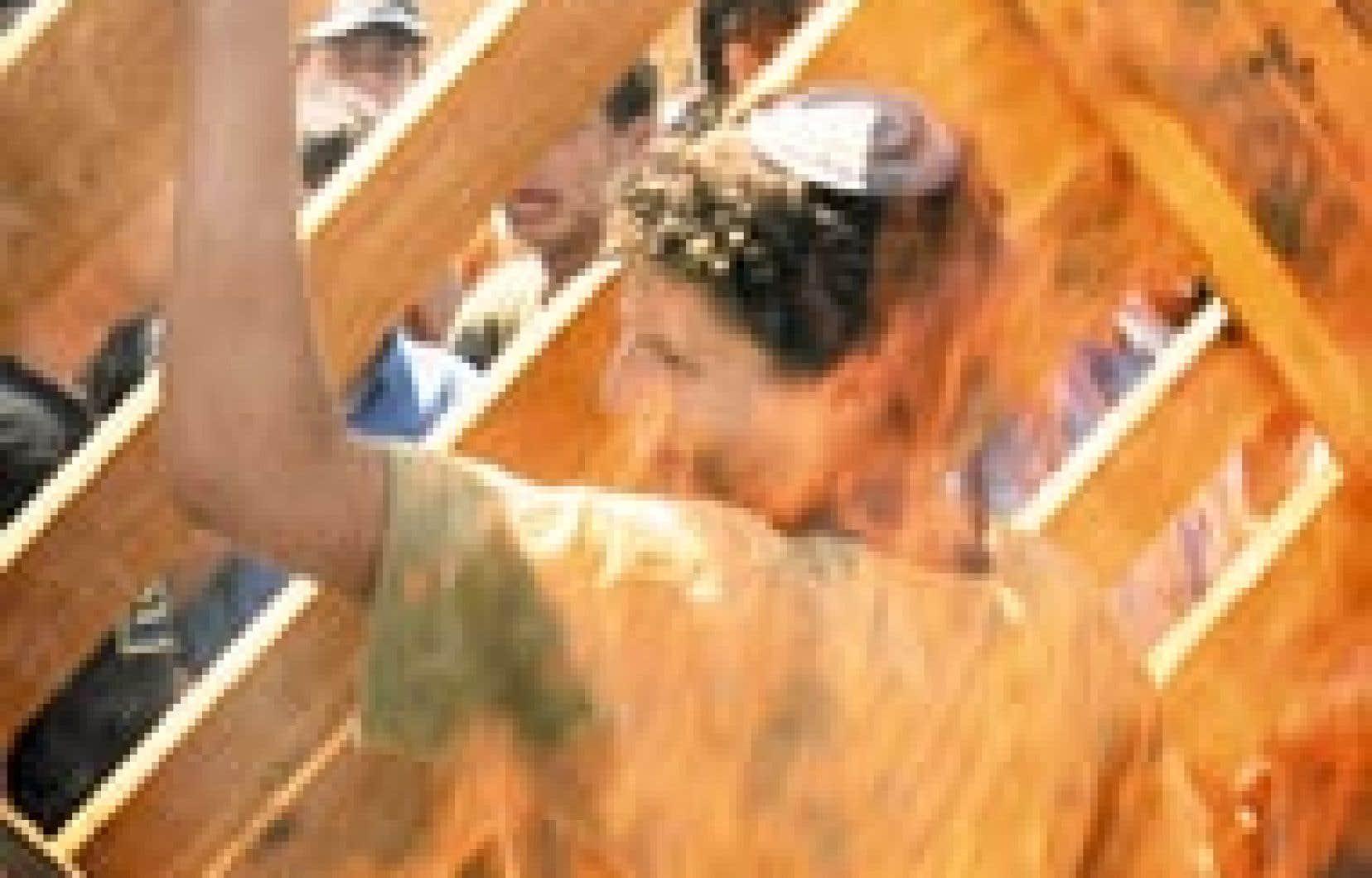 Un jeune colon juif résiste à l'ordre d'évacuation de la bande de Gaza en érigeant des barricades.