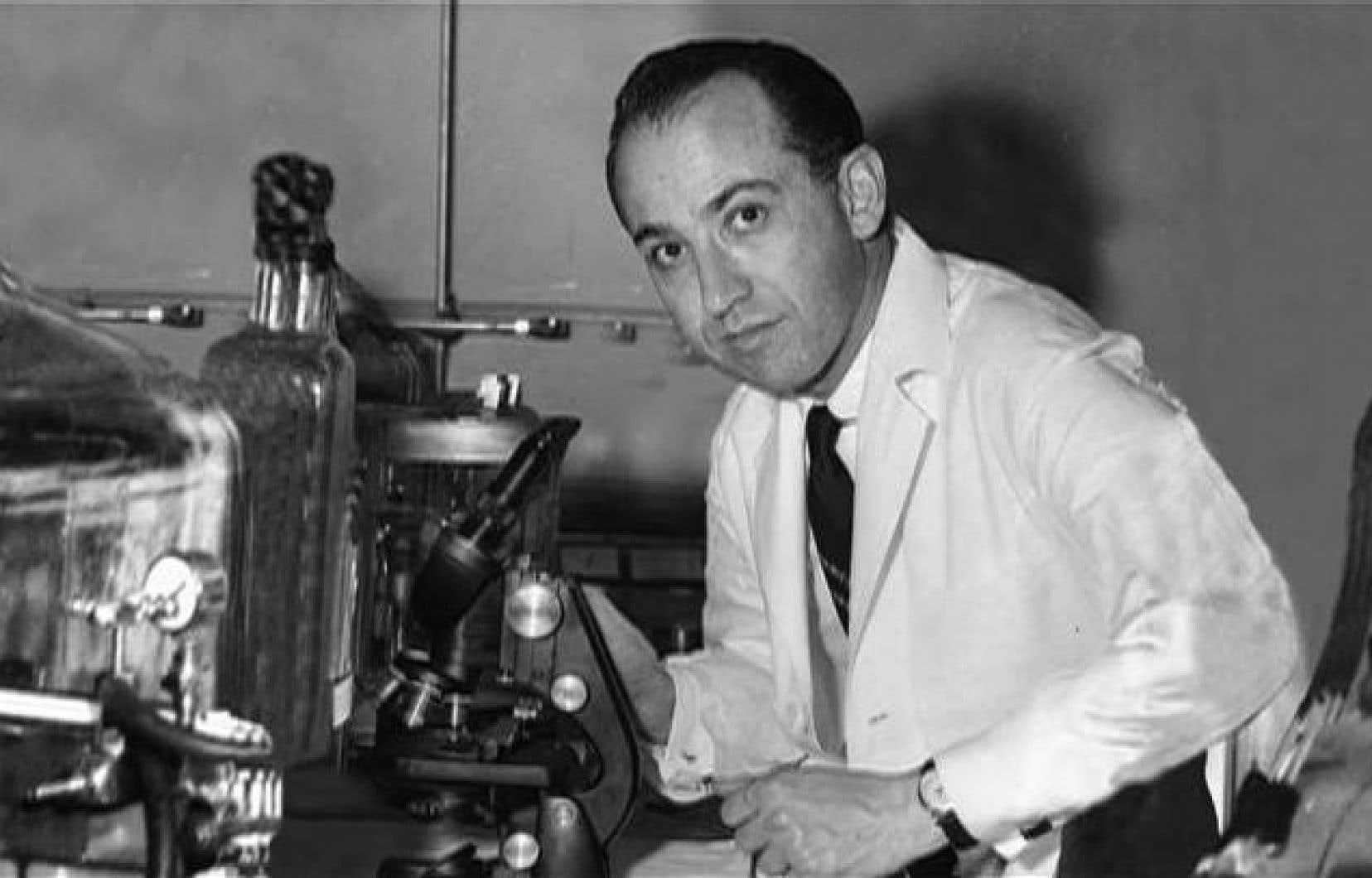 Le jeune chercheur Jonas Salk fait aujourd'hui figure de «héros» aux États-Unis pour avoir découvert le premier vaccin efficace contre la polio.