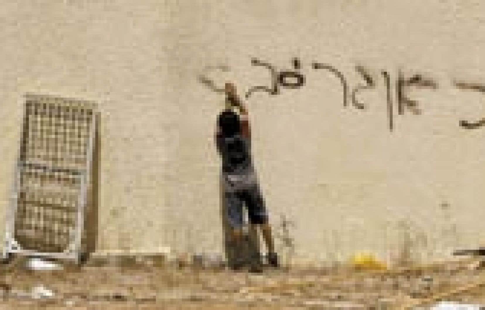 À la veille du démantèlement, un jeune garçon inscrit «Nous vivions heureux» sur les murs de sa maison d'Elei Sinai au nord de Gaza.