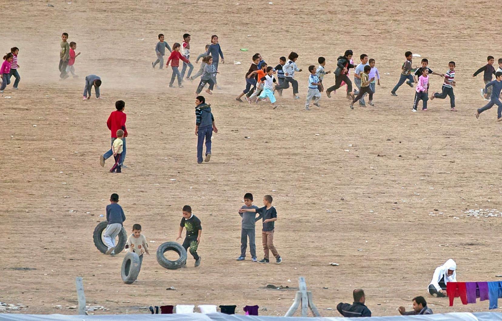 Des enfants réfugiés kurdes syriens jouaient aux abords d'un camp à Suruc, en Turquie, près de la frontière syrienne et de la ville de Kobané, où les combats se poursuivent.