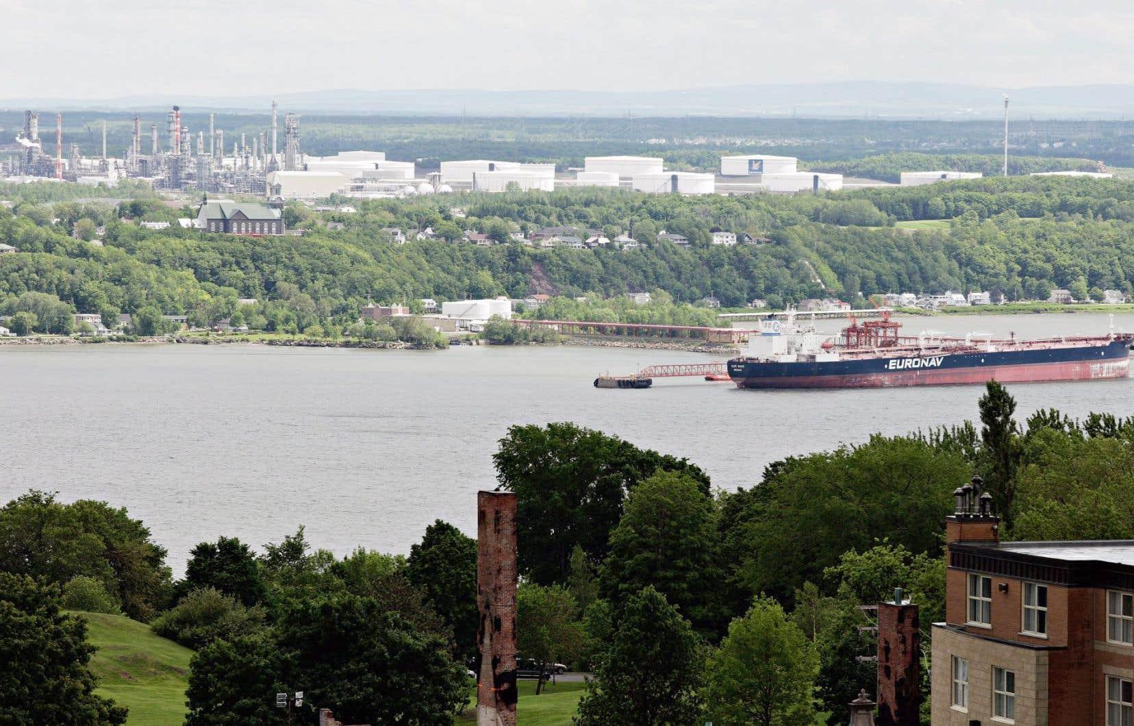 Un pétrolier amarré au quai d'Ultramar, à Lévis. Le groupe environnementaliste a engagé une guerre de chiffres avec TransCanada, promoteur du pipeline Énergie Est.
