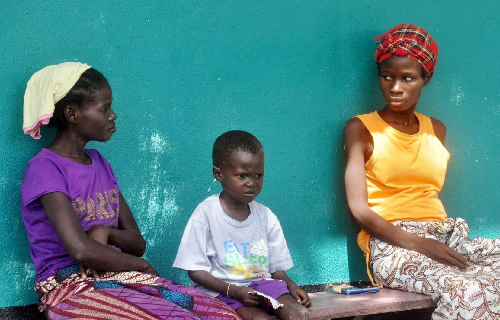 Le nombre de cas d'Ebola enregistrés au Liberia est actuellement en baisse. Ces trois patients, qui attendent à l'extérieur d'une clinique de Monrovia, présentent des symptômes de la maladie.