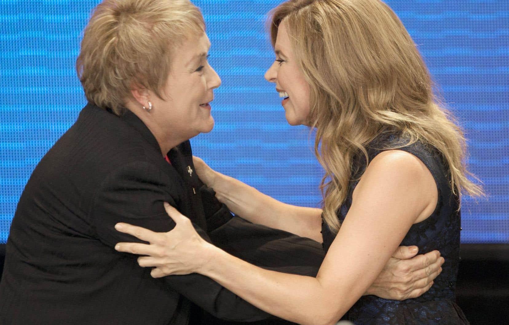 Julie Snyder enlaçant la première ministre élue Pauline Marois, au soir des élections de septembre 2012. Elle répond ici au chef de la Coalition avenir Québec, François Legault.