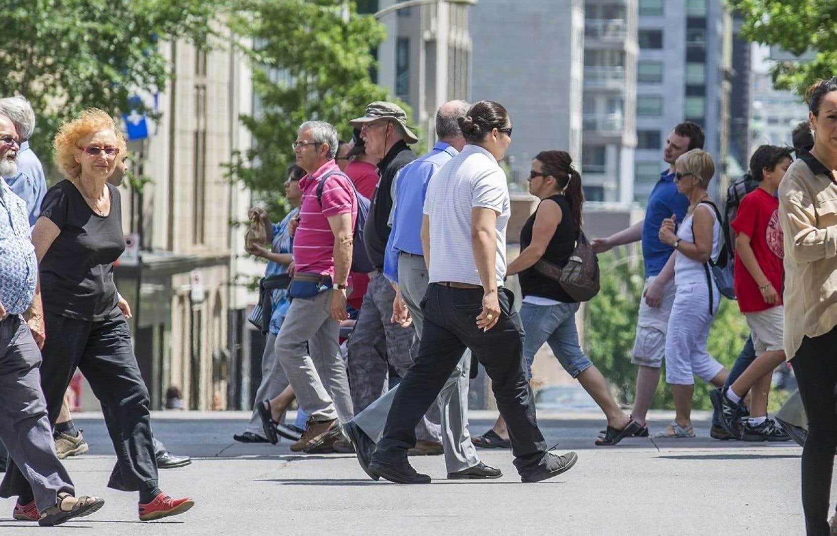 Un peu moins de la moitié (46,7 %) des ménages québécois gagnaient entre 75% et 150% du revenu médian en 2010, correspondant à la définition de la classe moyenne la plus couramment utilisée par les experts.