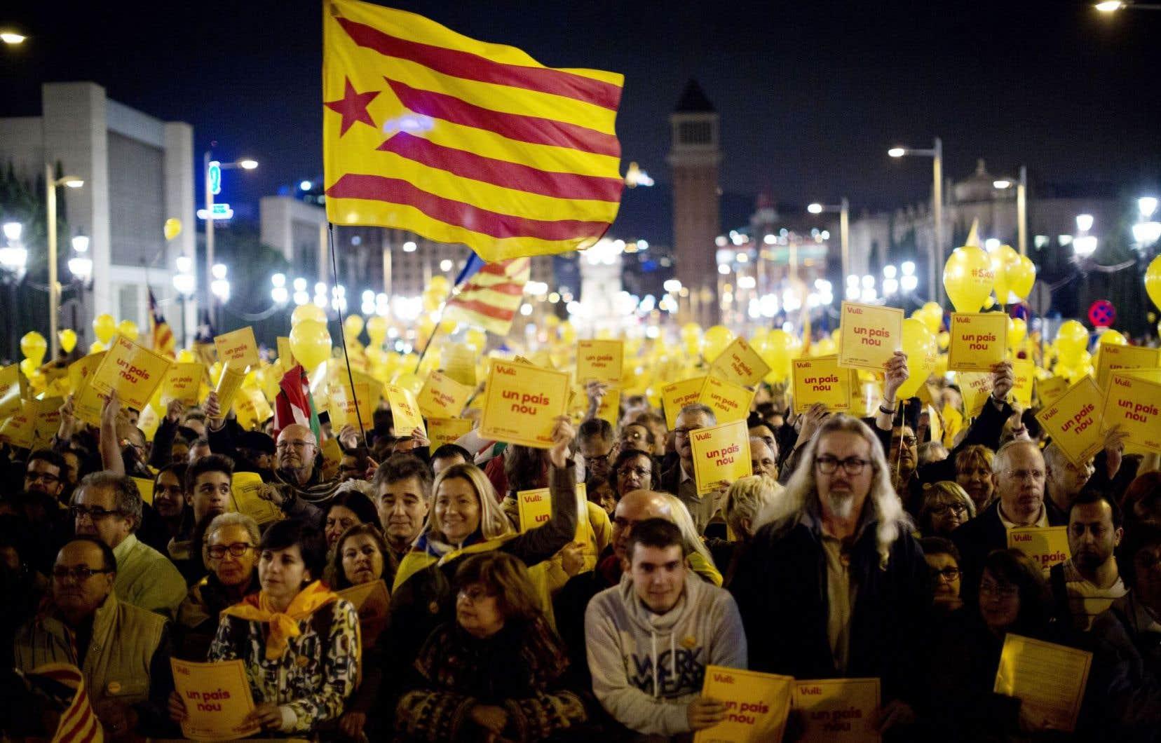 Des milliers de Catalans favorables à l'indépendance de la Catalogne sont descendus dans les rues de Barcelone vendredi soir.