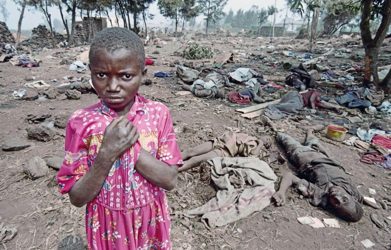 Les victimes et leur famille ont-elles obtenu une certaine forme de justice? Hélas non. Sur la photo, une petite fille devant des cadavres en juillet 1994.