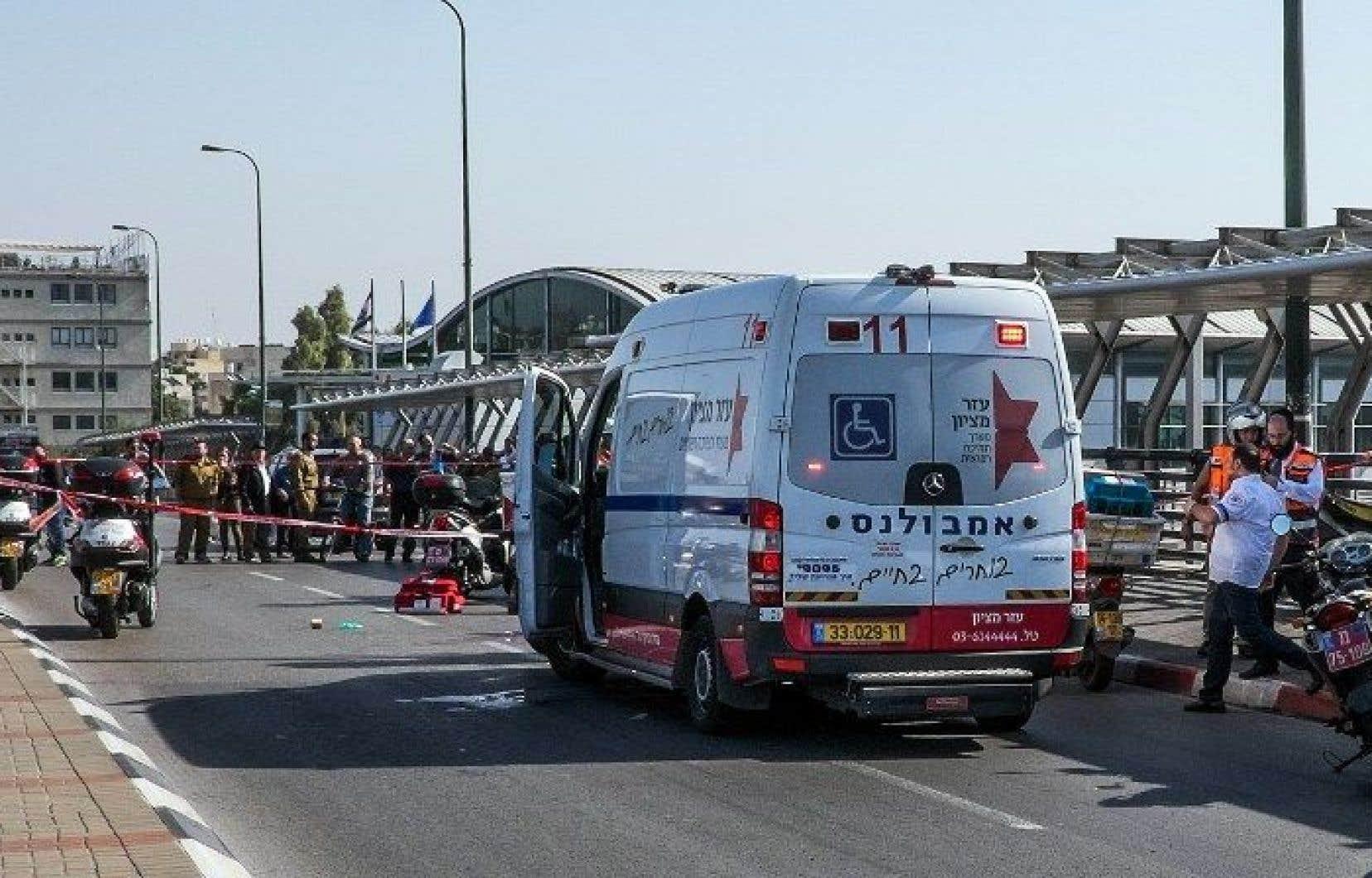 Un Palestinien de 17 ans a poignardé un soldat israélien près d'une gare ferroviaire de Tel-Aviv. Le soldat a succombé à ses blessures.