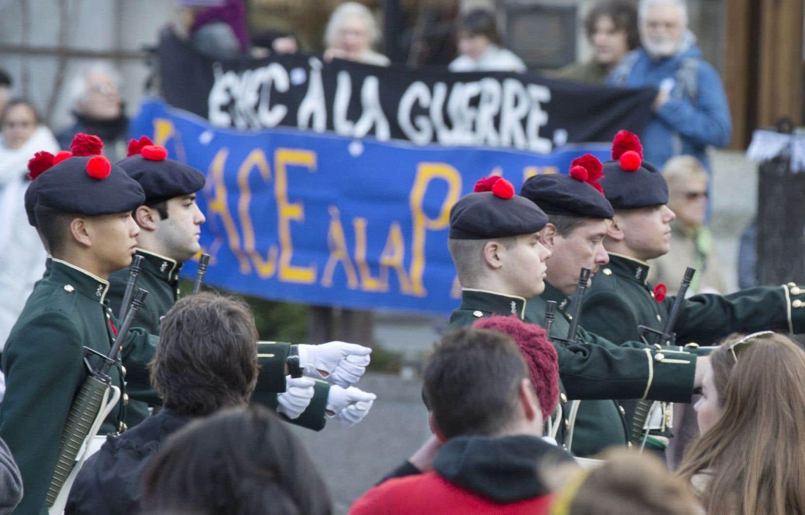 Une parade militaire a été organisée à Montréal, où desmanifestants du groupe Échec à la guerre ont lancé un message de paix.