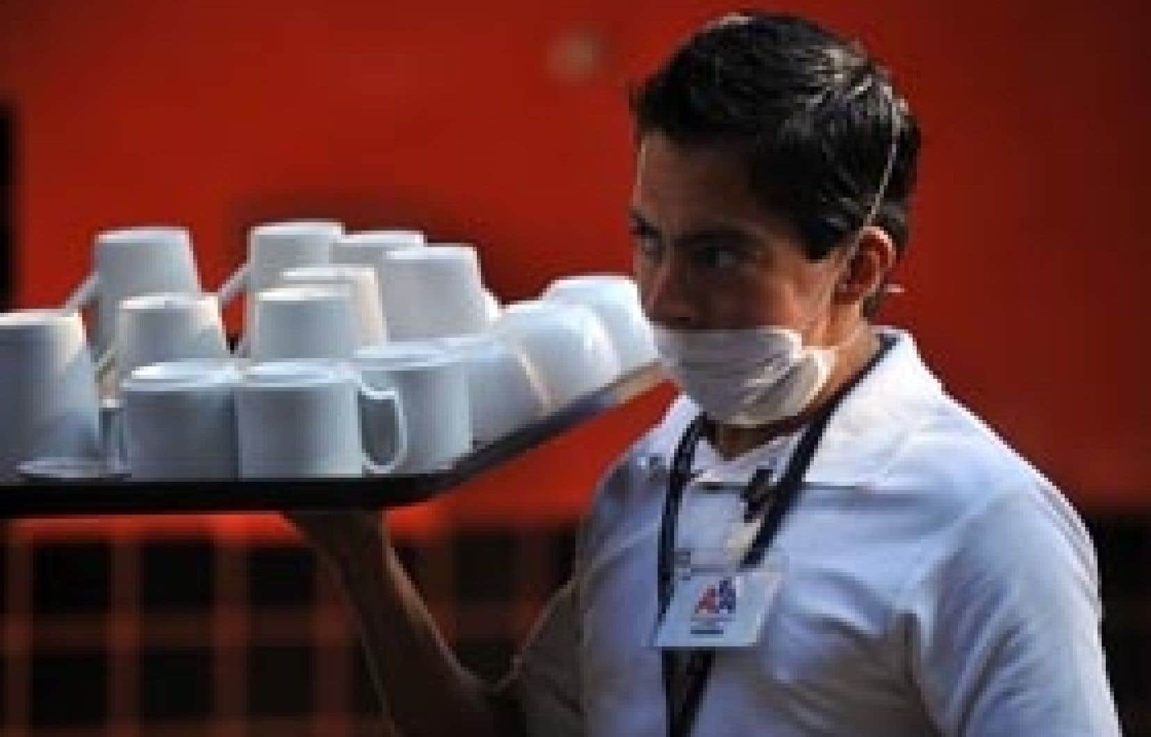 photo eitan abramovich Un garçon de café se prépare à retrouver sa clientèle, à Mexico.