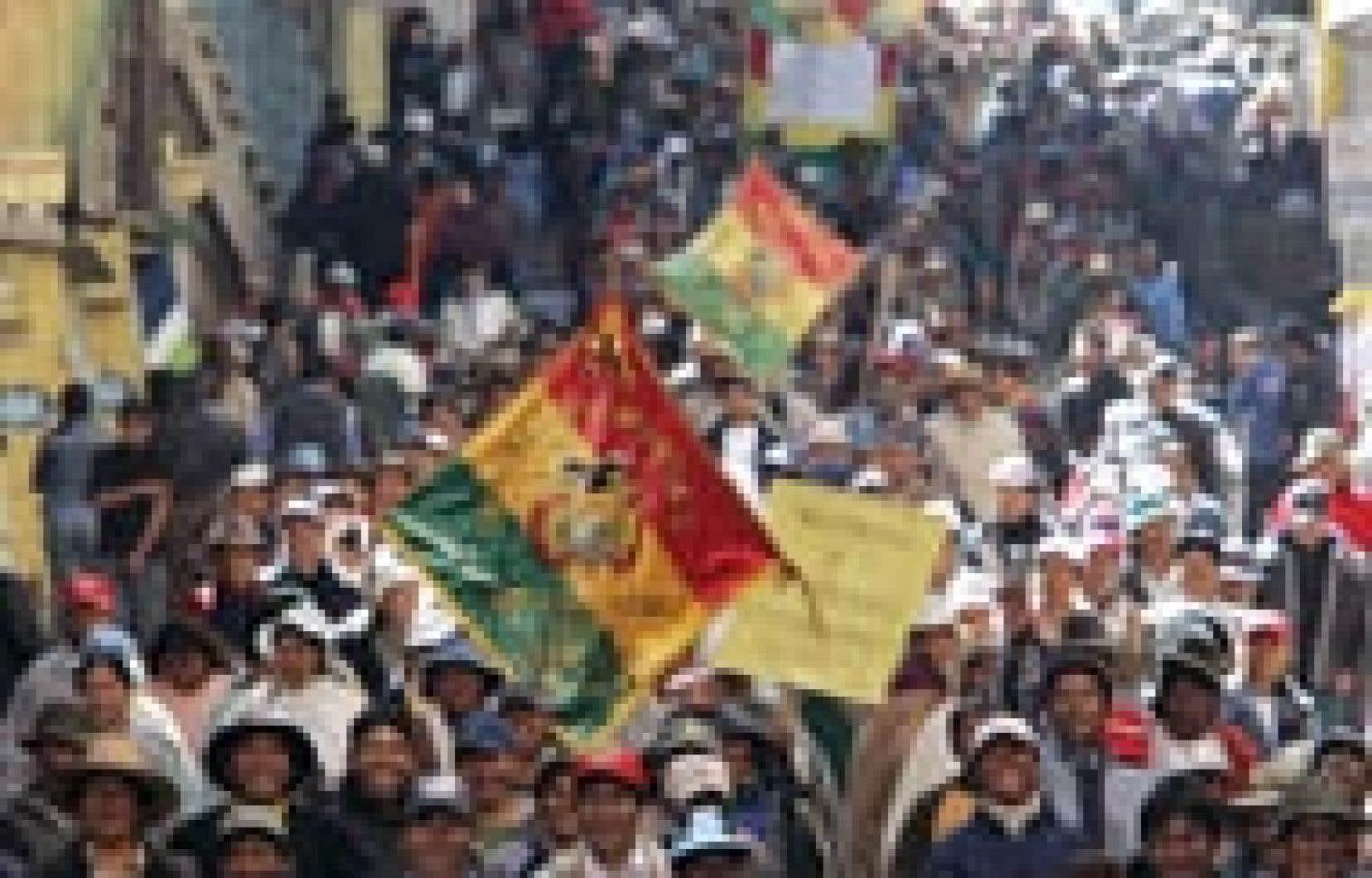Le président bolivien, Carlos Mesa, a quitté hier après-midi le palais présidentiel et s'est réfugié chez lui, peu après qu'un groupe de manifestants eut presque réussi à briser un cordon de sécurité de la police.