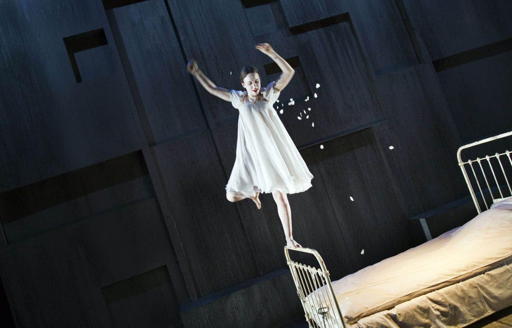 Femme-enfant, Ophélie a ici tout de la Wendy de Peter Pan, avec sa robe de nuit, son grand lit en fer et ses virevoltes aériennes.