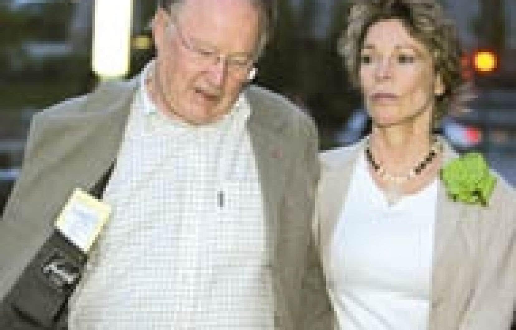 Bernard Landry quittant le congrès du Parti québécois au bras de son épouse Chantal Renaud, samedi soir, après avoir démissionné. «N'oubliez pas que personne n'est irremplaçable», a dit M. Landry, qui a suscité une vive commotion parmi les
