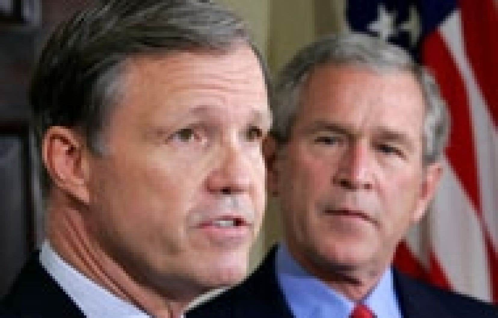 Le président George W. Bush écoute Christopher Cox répondre aux journalistes après l'annonce de la nomination de l'ancien parlementaire à la tête de la SEC.