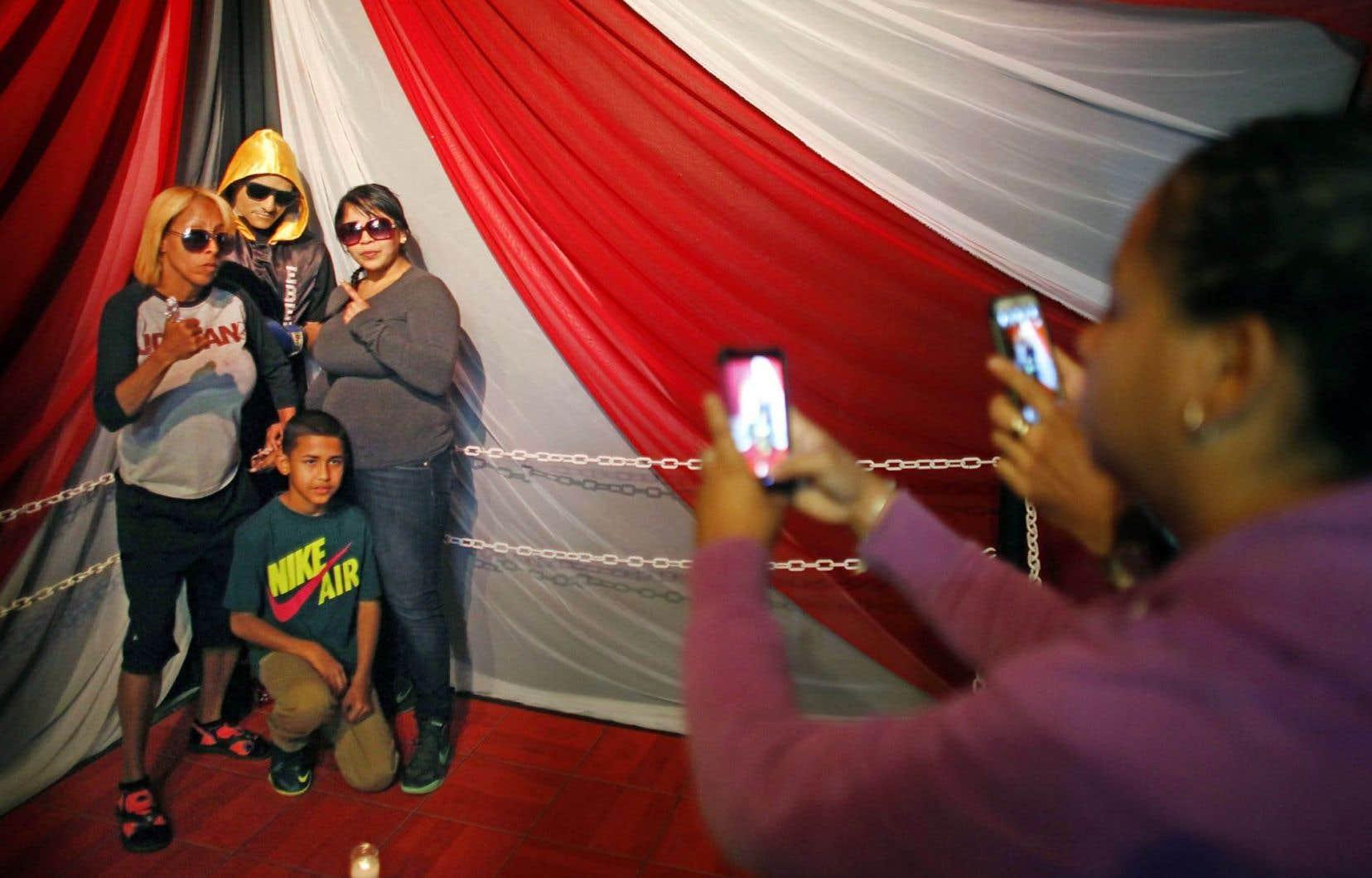 Des rites funéraires de plus en plus éclatés posent des questions éthiques. Ci-dessus, le cadavre du boxeur Christopher Rivera a été exposé debout dans un ring, à Porto Rico.