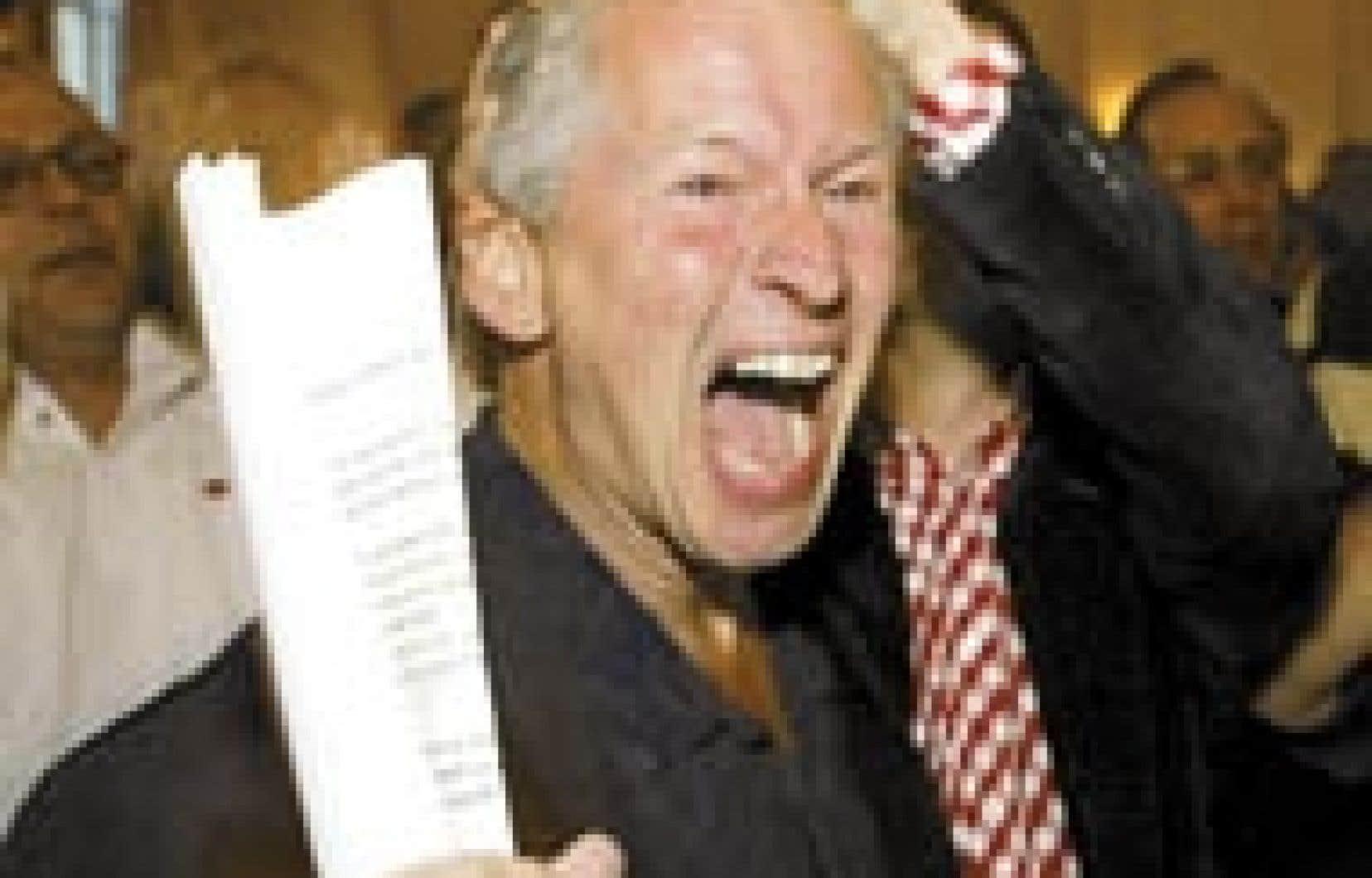 Le député néerlandais Hans van Heijningen, du Parti socialiste, célèbre les résultats du scrutin référendaire sur la Constitution européenne lors d'une fête au zoo d'Amsterdam. Les Néerlandais ont rejeté le traité dans une proportion de