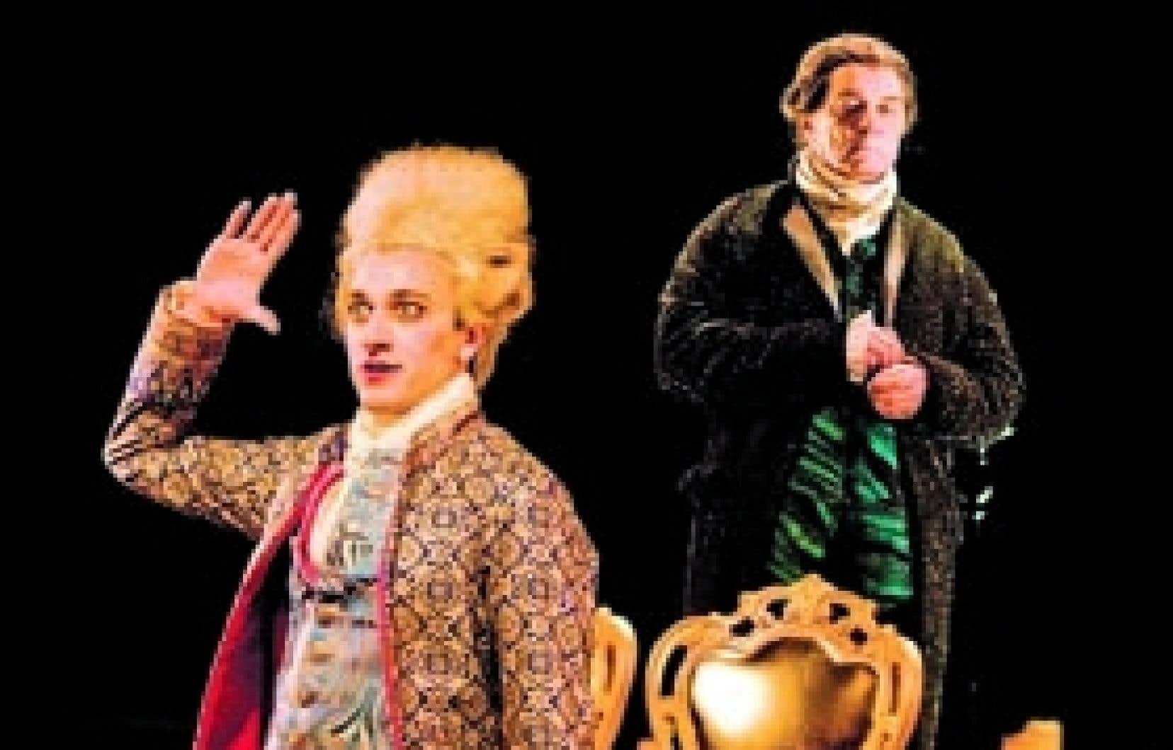 Photo: François Brunelle Benoît McGinnis et Michel Dumont, dans Amadeus. Près de la moitié du texte est sur le mode narratif et du point de vue du personnage de Salieri, interprété par Dumont.