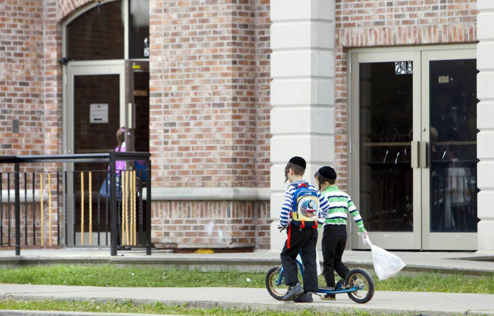Des enfants devant une école hassidique de Boisbriand. Québec n'est jamais parvenu à endiguer le problème des écoles illégales.