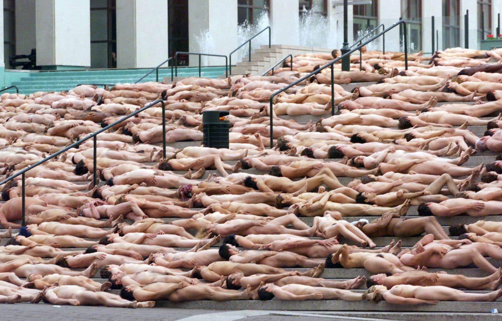 L'inoubliable performance de Spencer Tunick, en 2001, où 3000 personnes se sont dénudées sur l'esplanade de la Place des Arts.