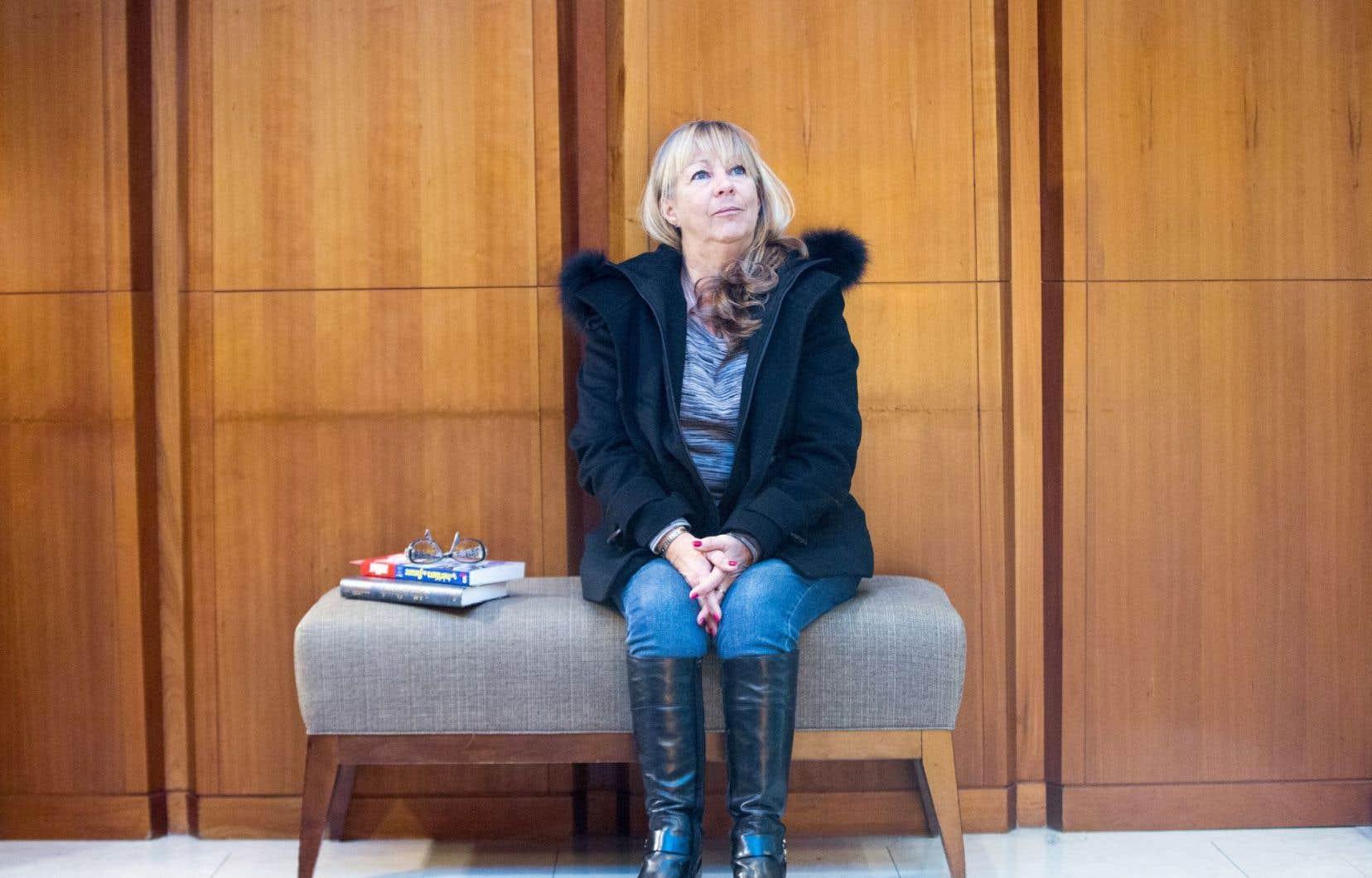 Louise Tremblay-D'Essiambre reconnaît qu'elle écrit simplement, « pour ne pas dire [de façon] simpliste, selon certains ».