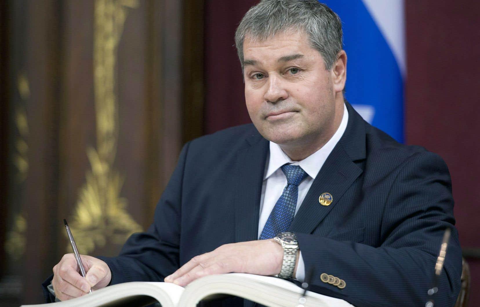 Devant la propostition, la CAQ a demandé à Philippe Couillard de retirer l'Éducation au ministre Yves Bolduc.