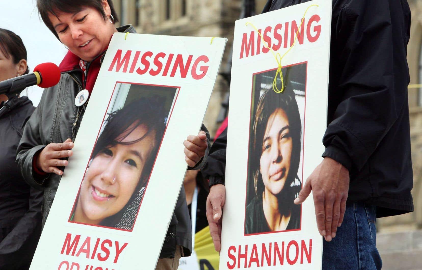 Laurie Odjick tient une photo de sa fille Maisy, disparue au même moment que Shannon Alexander, lors d'une manifestation tenue à Ottawa en 2013 à la mémoire des femmes autochtones disparues.