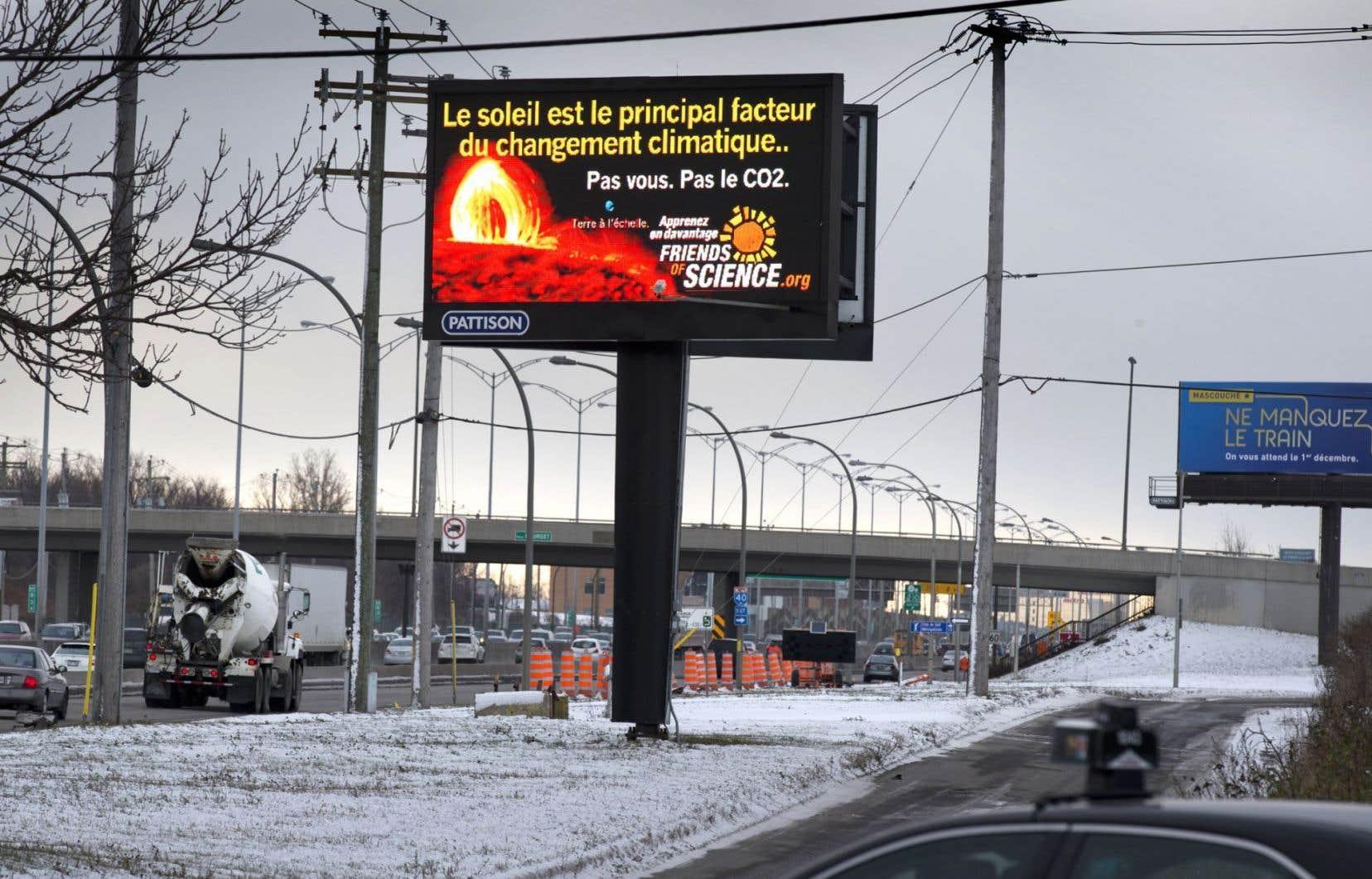 L'organisme climatosceptique albertain Friends of Science est l'auteur de ce panneau affiché sur l'autoroute 40.