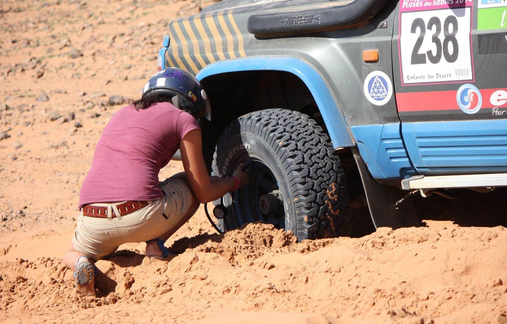 Dans le désert, les Roses font appel au système D. Elles apprennent à la dure les rudiments de la mécanique et développent rapidement une expertise pour se dépêtrer.