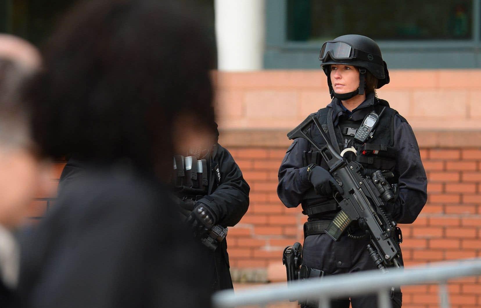 « La menace n'a jamais été aussi élevée », argumente la ministre de l'Intérieur, Theresa May, trois mois après le relèvement du niveau d'alerte de sécurité à grave.