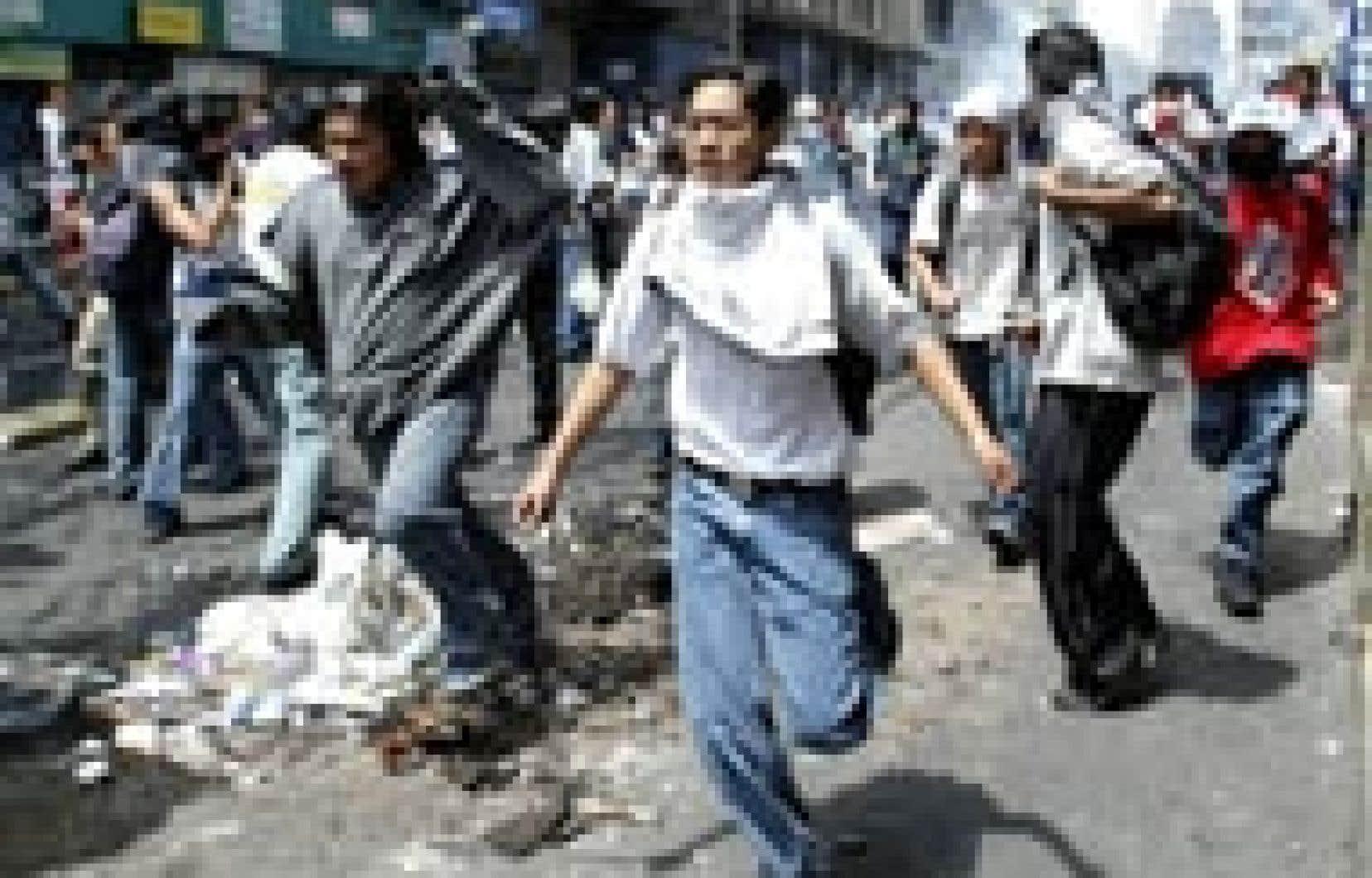 De nombreux incidents de rue émaillent la crise politique.