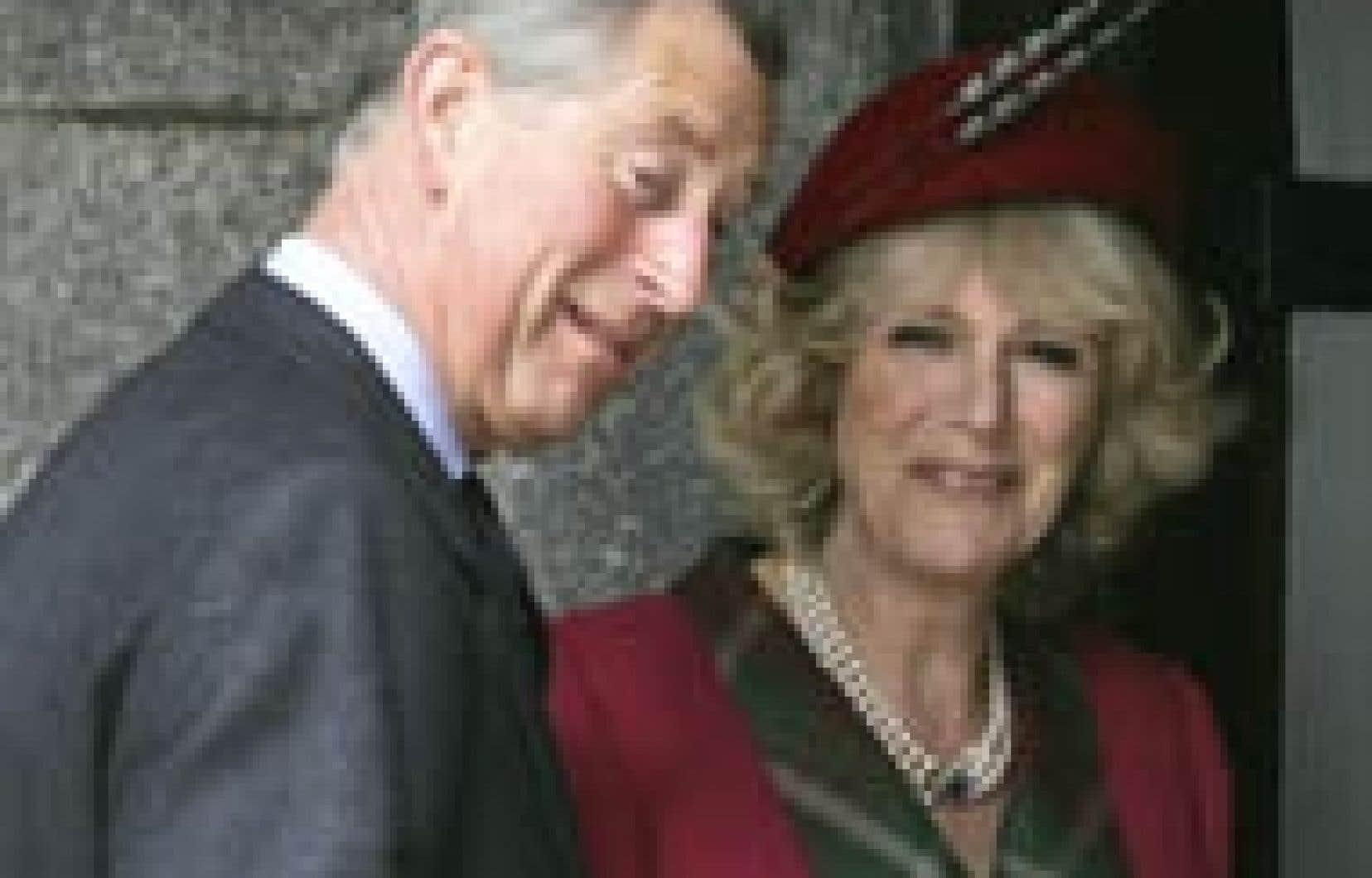 Le prince Charles et sa toute nouvelle épouse, la duchesse de Cornouailles, ont assisté hier matin à la messe à la paroisse de Crathie, non loin de la résidence écossaise où ils ont entamé la veille au soir leur lune de miel.