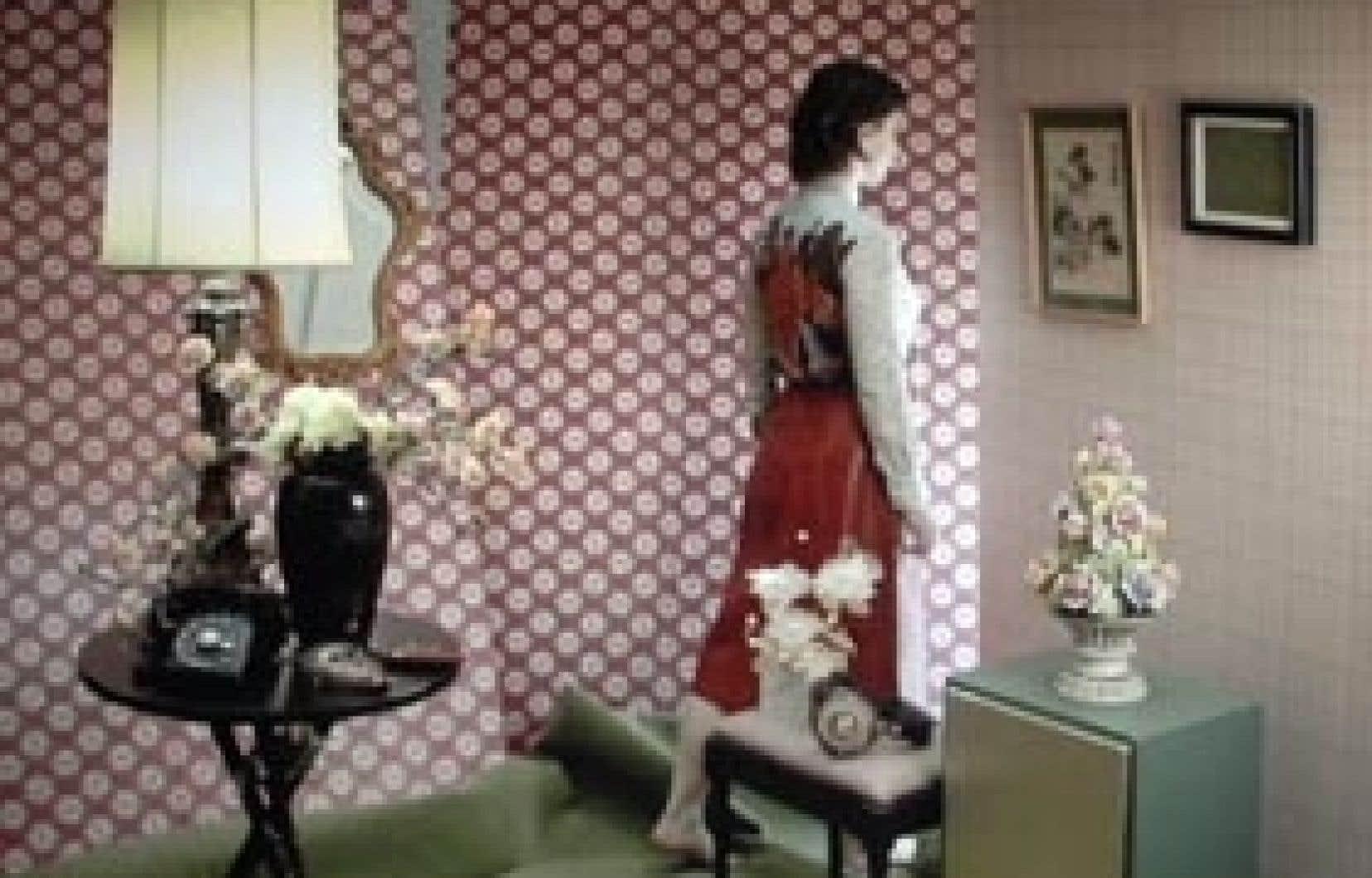 Image tirée de l'installation vidéo-performance Pièce-possession (Les Chambres baroques) de Julie Favreau