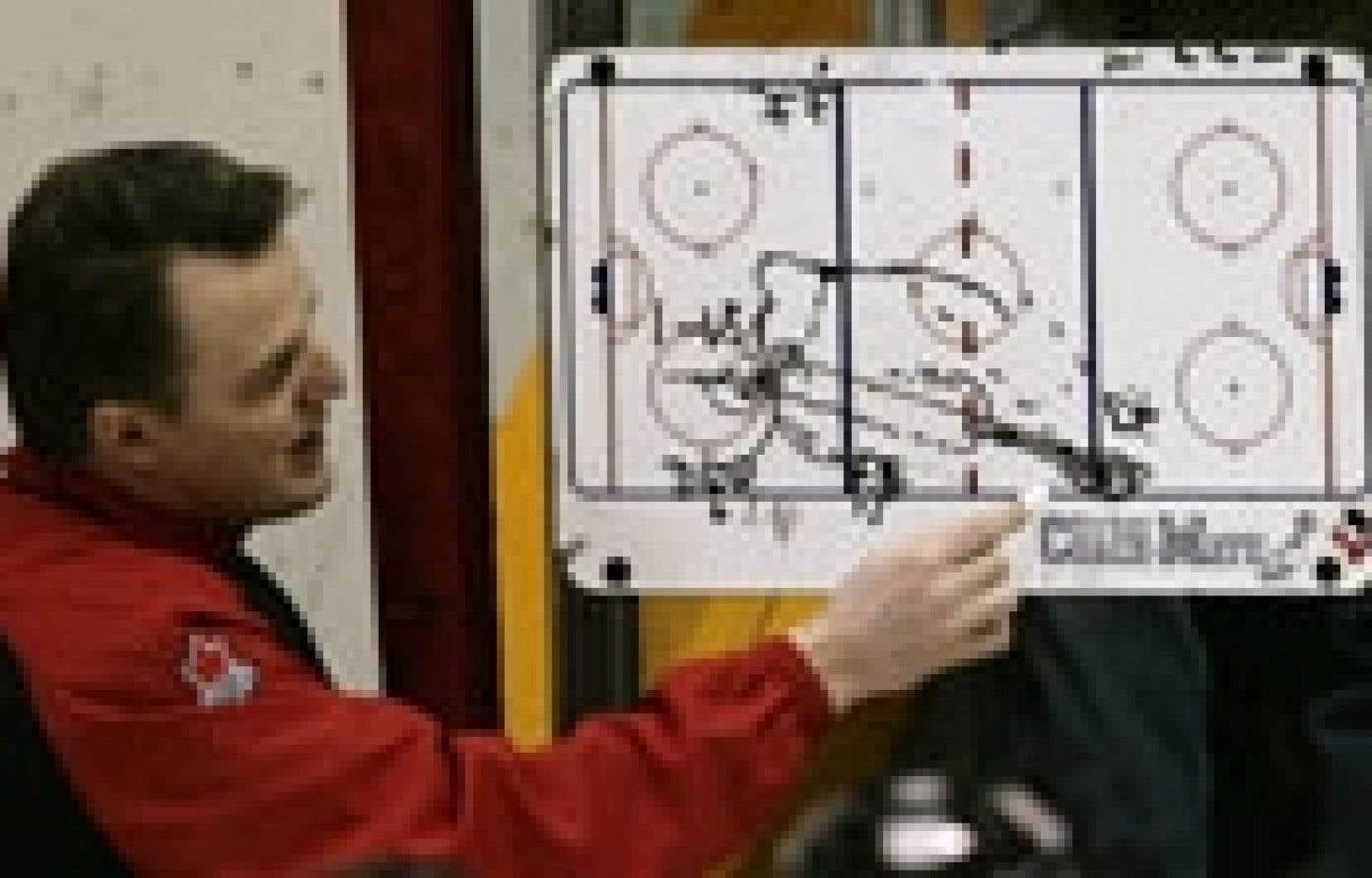L'entraîneur de l'équipe canadienne, Marc Habscheid, expliquait quelques patrons de jeu à ses joueurs, hier à l'entraînement, en vue du Championnat du monde de hockey.