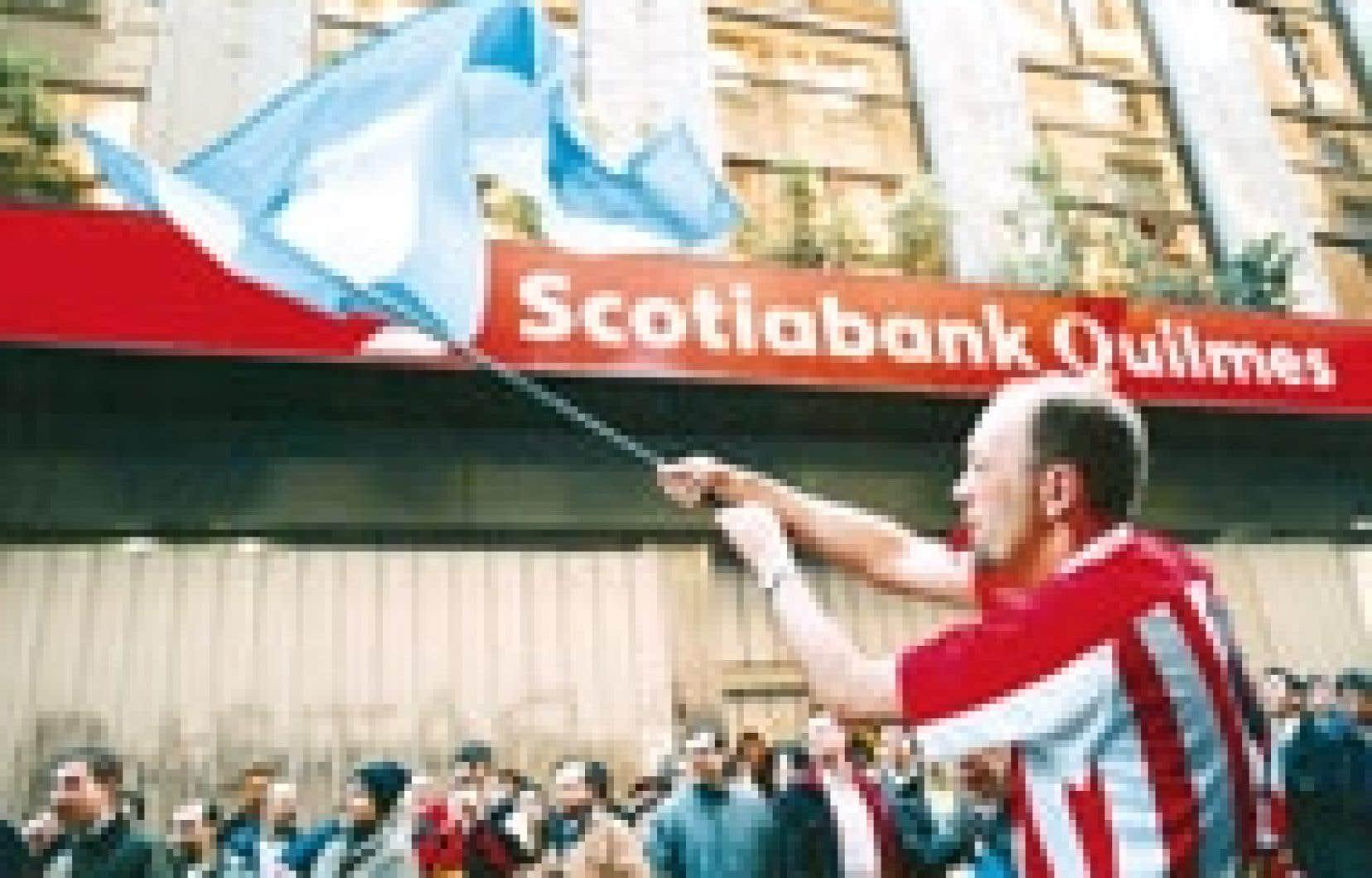 Des employés de la Scotiabank Quilmes protestent contre la révocation du permis de l'entreprise, qui leur fait craindre de perdre leur emploi.