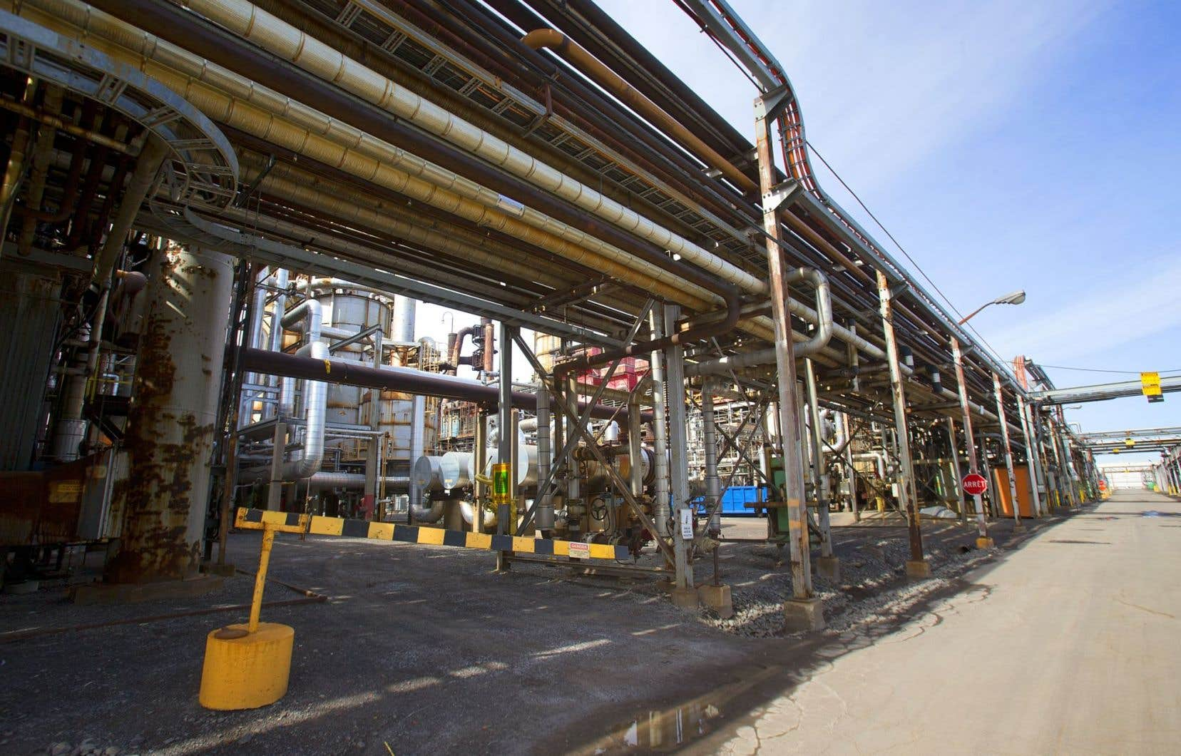 <p>La mise à jour du ministre des Finances Carlos Leitao, mardi, prévoit notamment que les distributeurs d'hydrocarbures seront soumis aux règles qui concernent la Bourse du carbone dès le 1er janvier.</p>