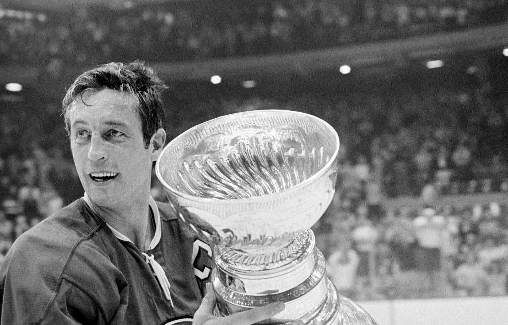 Le capitaine du Canadien, Jean Béliveau, tenant la coupe Stanley remportée le 18 mai 1971 contre les Black Hawks, à Chicago. Ce fut la 10e et dernière du légendaire joueur.