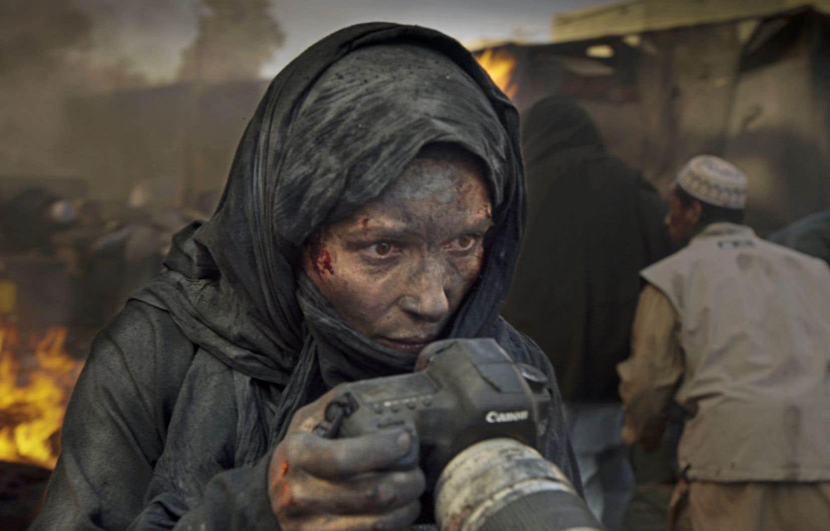 Juliette Binoche interprète une photojournaliste carburant à l'adrénaline basée à Kaboul.